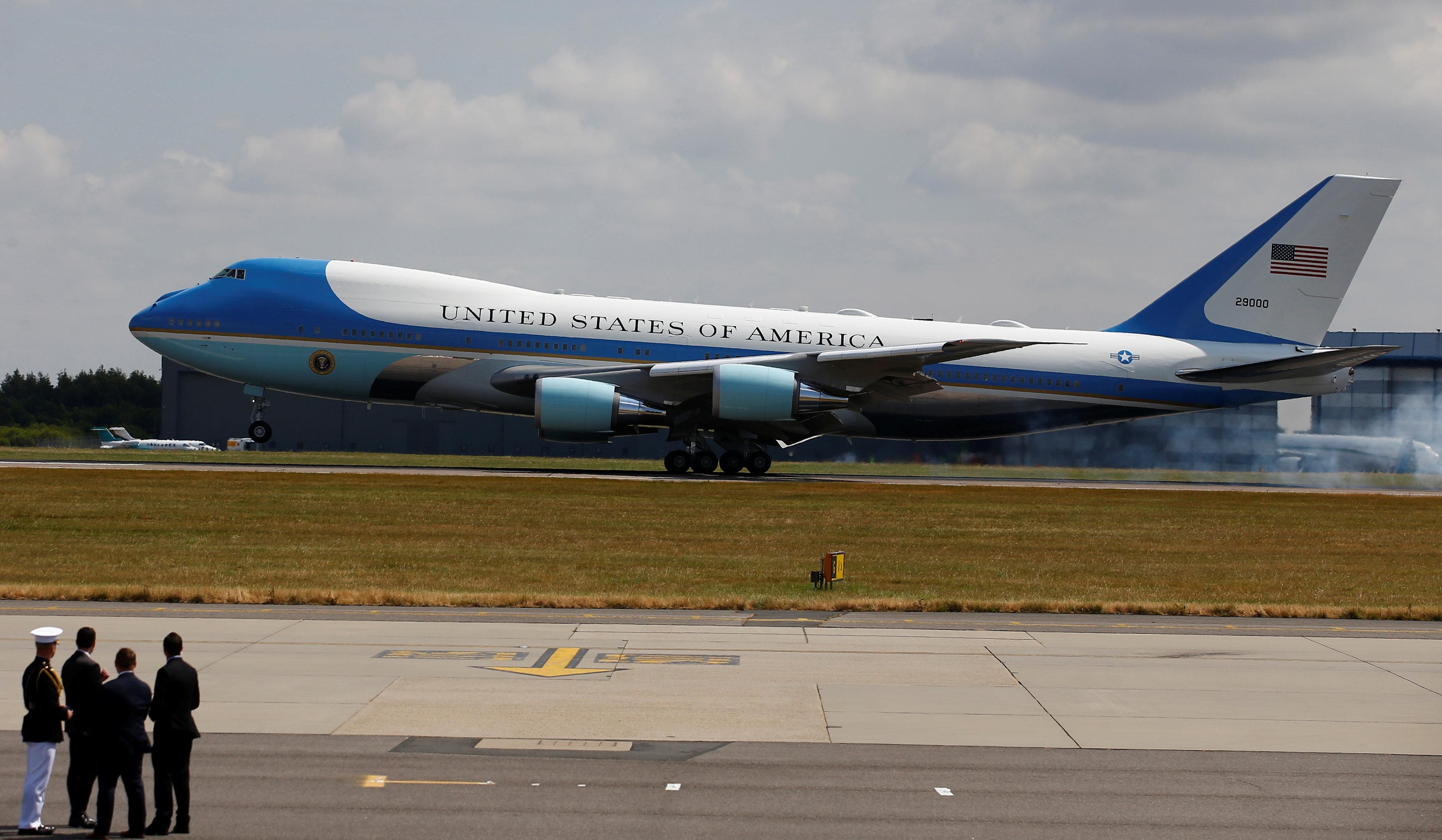 طائرة ترامب فى بريطانيا