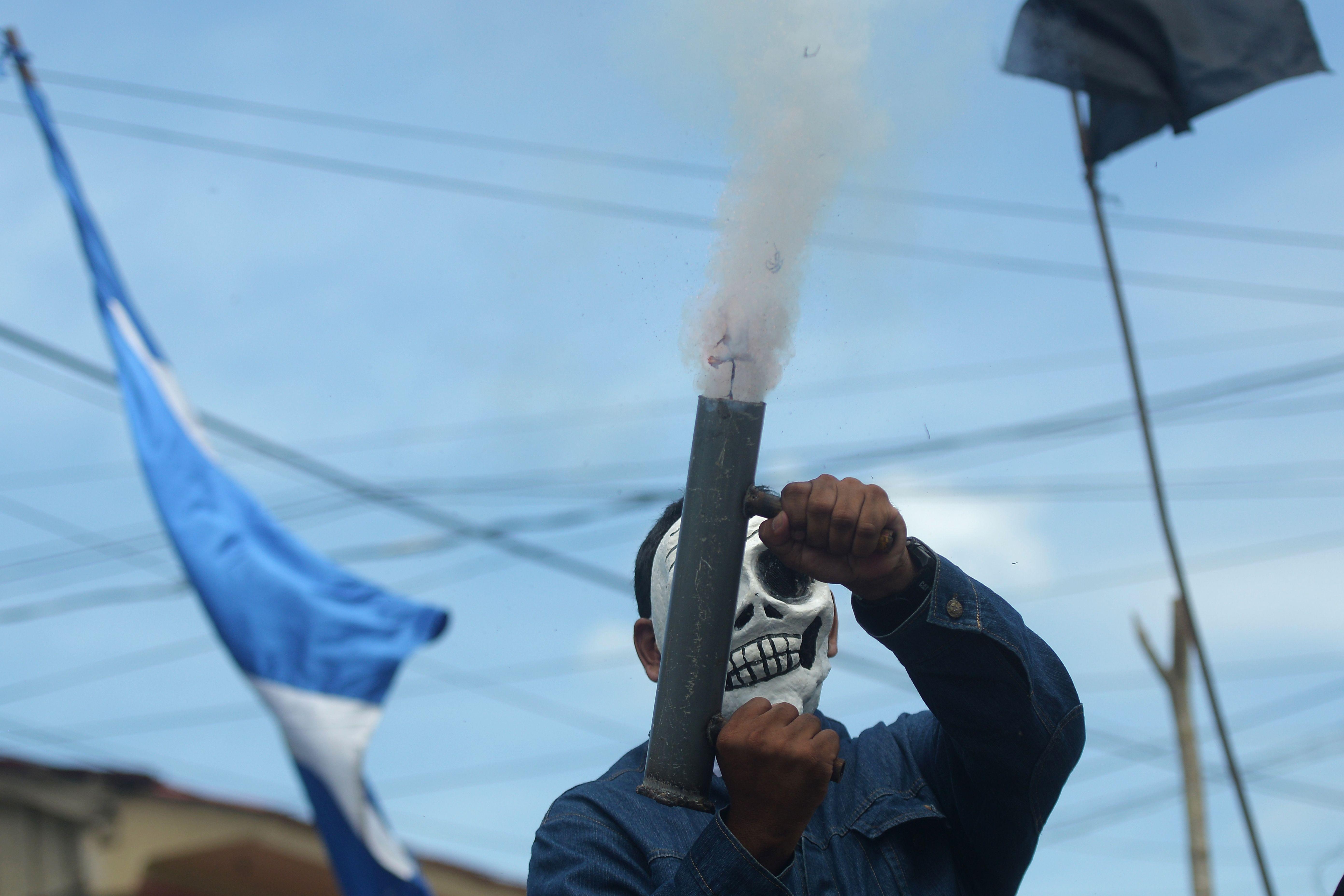 متظاهر يطلق قذيفة