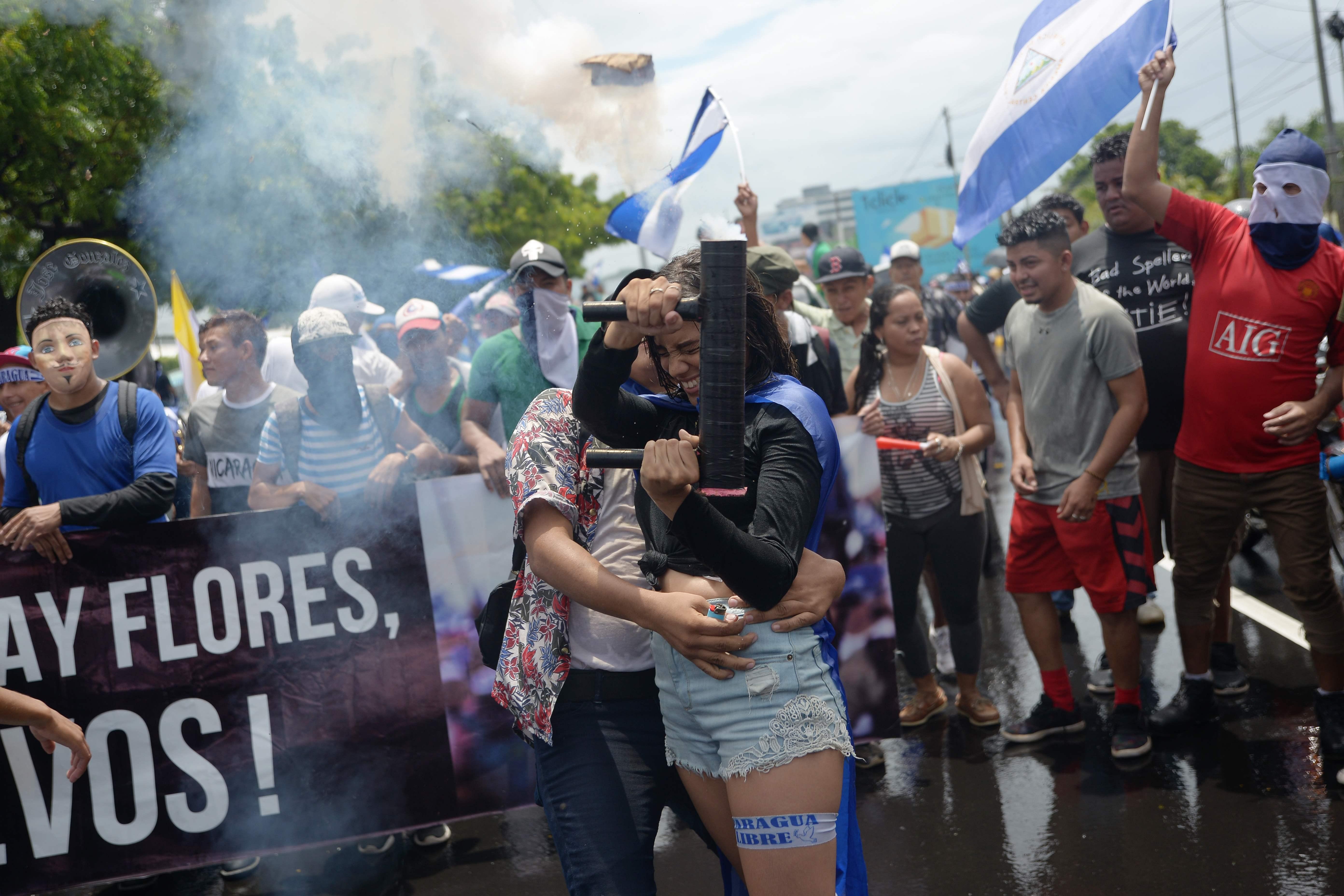 فتاة تطلق قذيفة هاون محلية الصنع خلال المظاهرات