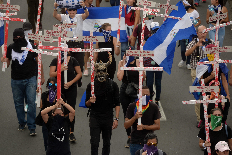 محتجون يرفعون الصلبان خلال المظاهرات