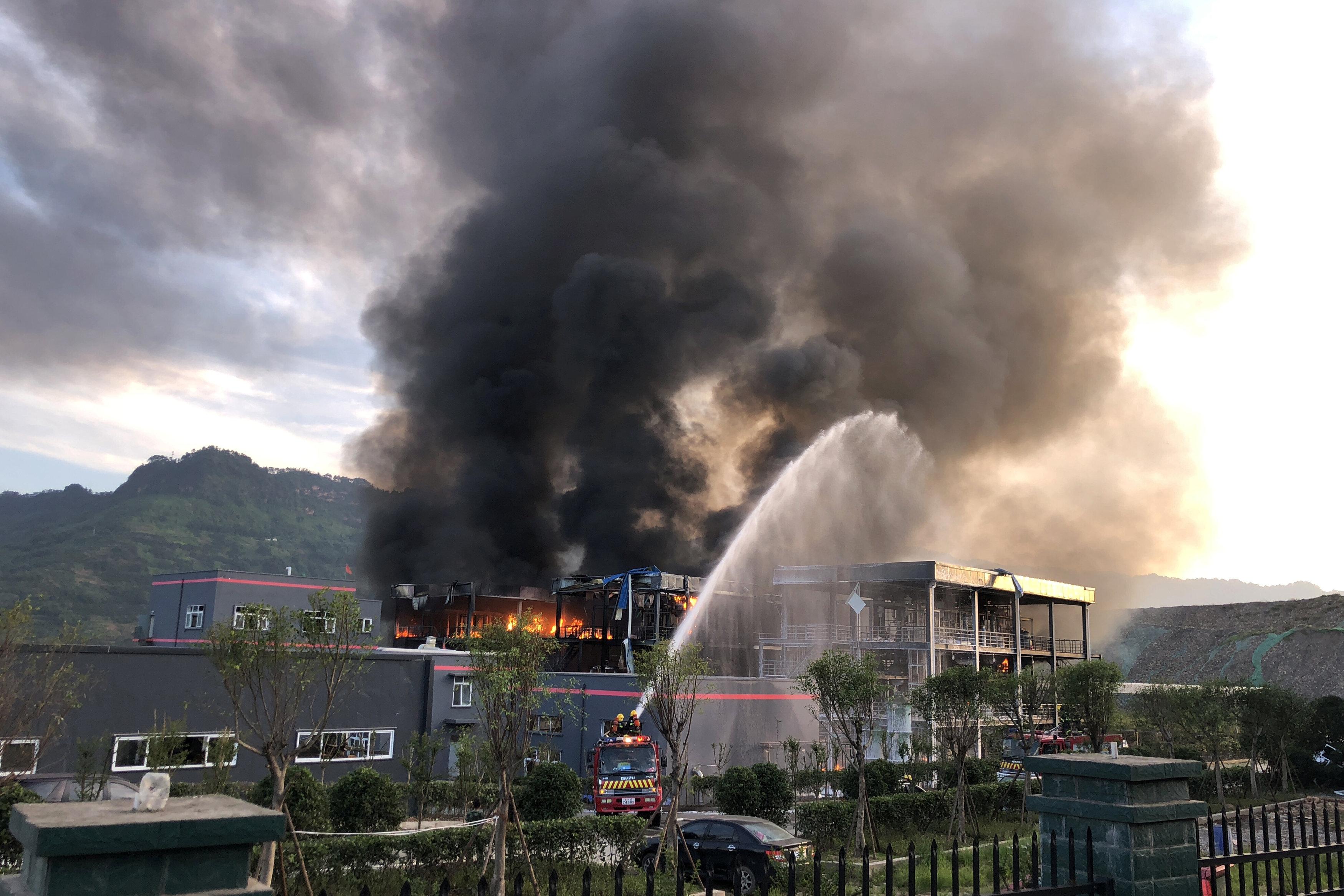 محاولات السيطرة على الحريق