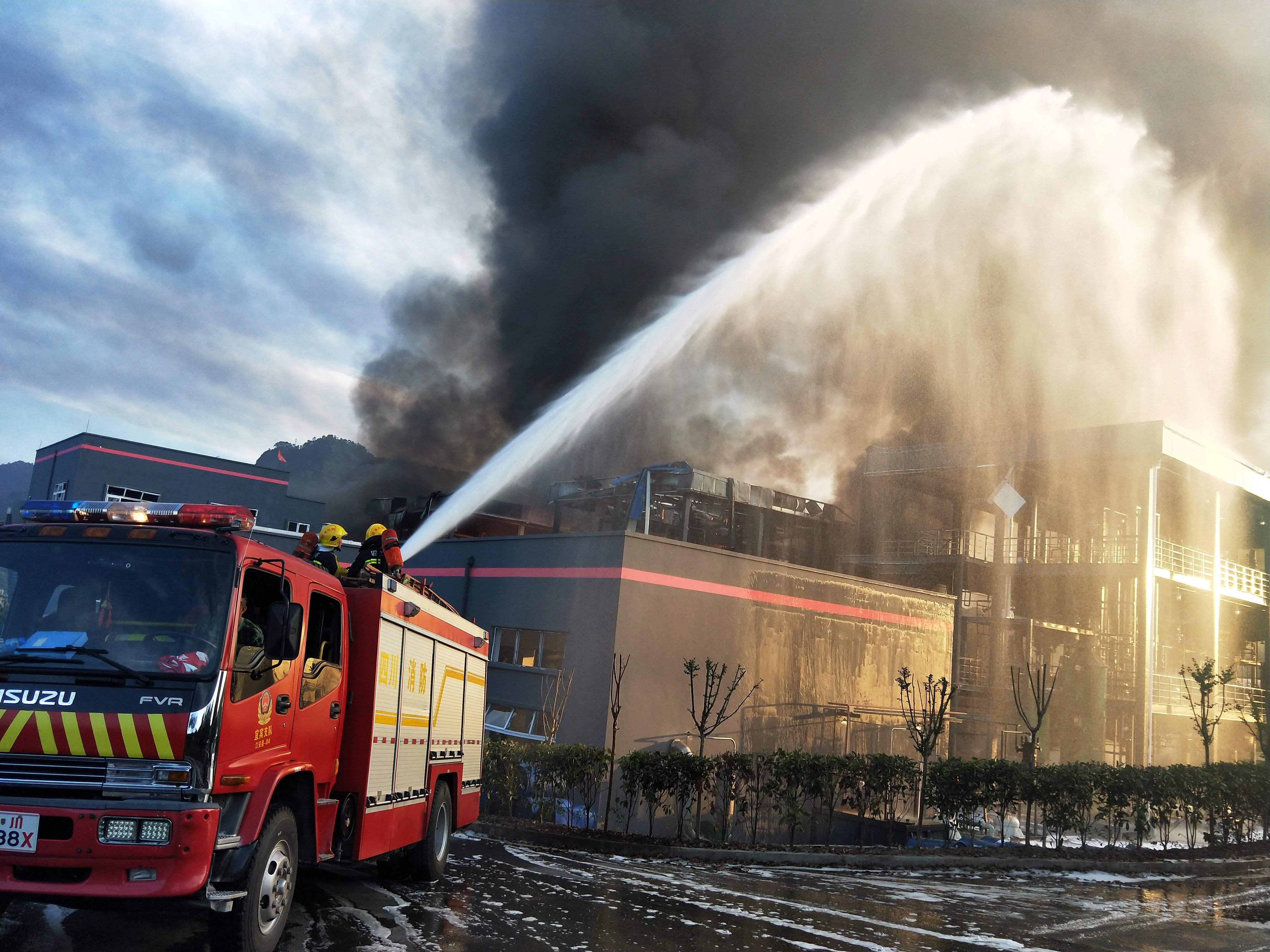 محاولات السيطرة على النيران بالصين