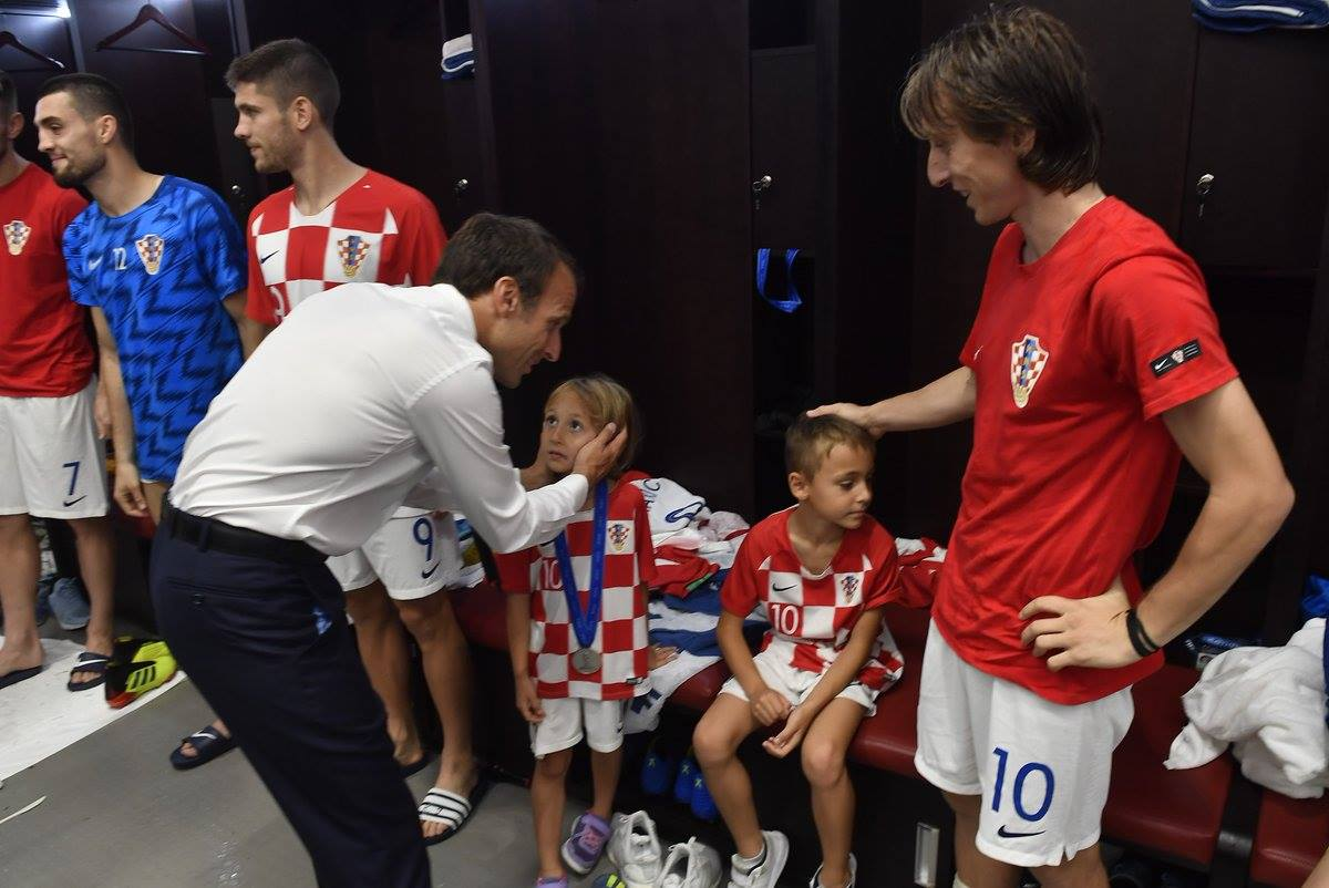رئيس فرنسا فى غرفة ملابس كرواتيا