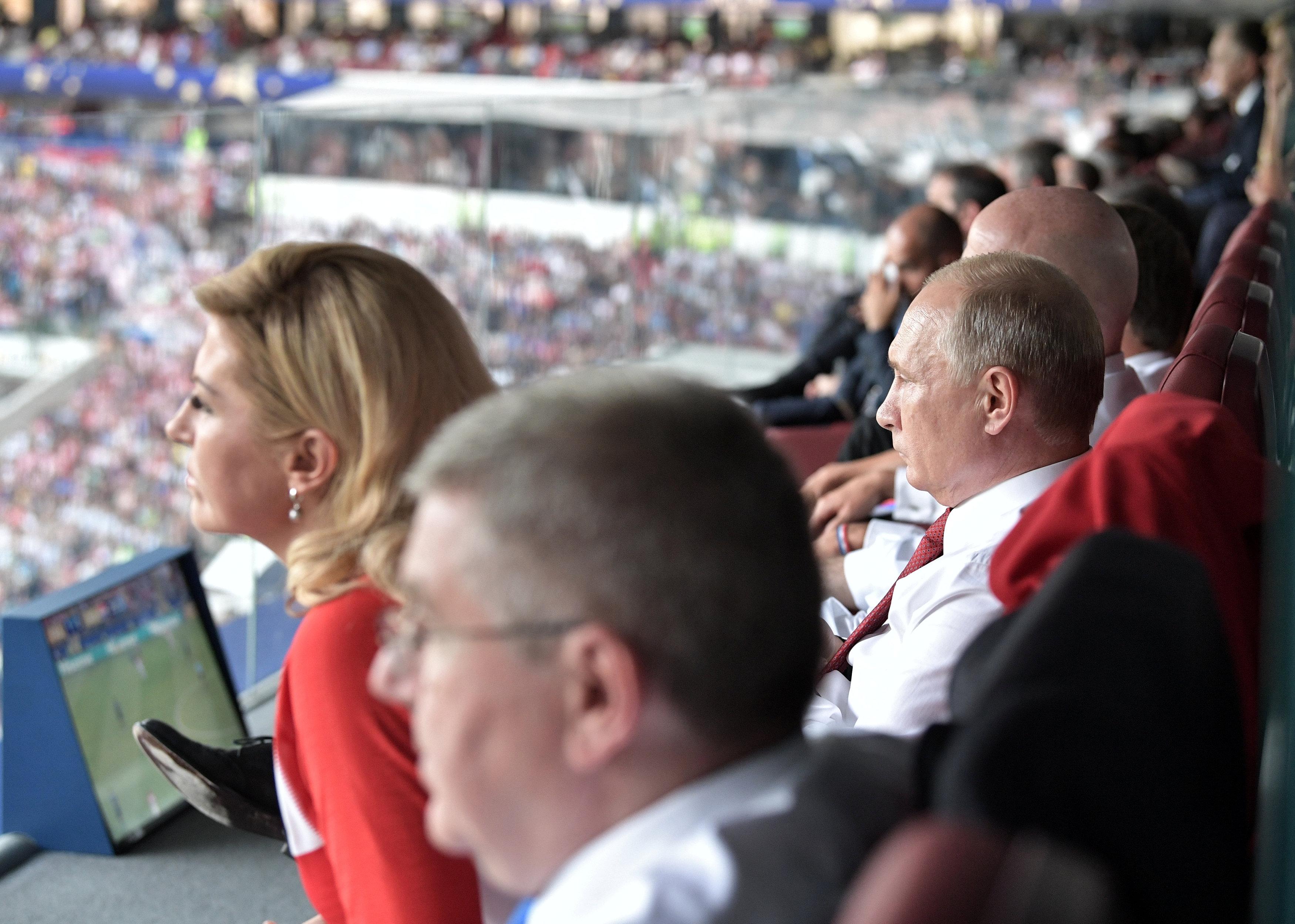 رئيسة كرواتيا تشاهد المباراة