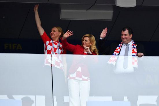 رئيسة كرواتيا تلقى التحية للآخرين