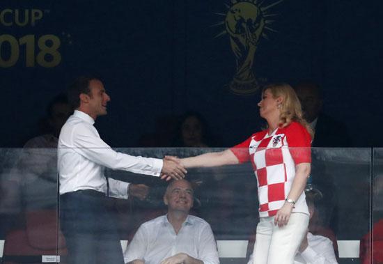 رئيسة كرواتيا تصافح ماكرون