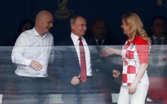 رئيسة كرواتيا تصافح بوتين