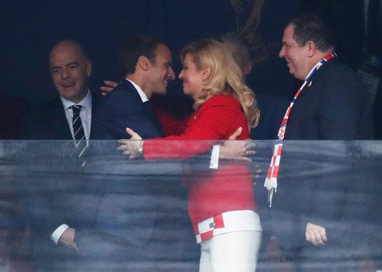 رئيسة كرواتيا تعانق ماكرون