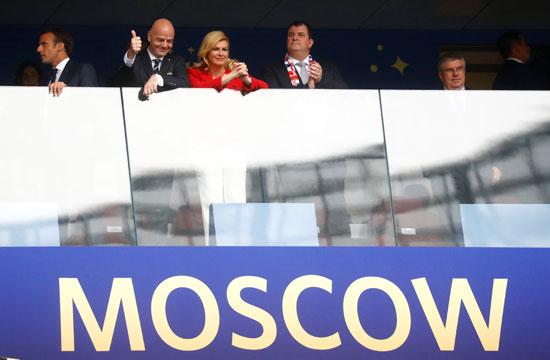 رئيس الفيفا بجوار رئيسة كرواتيا