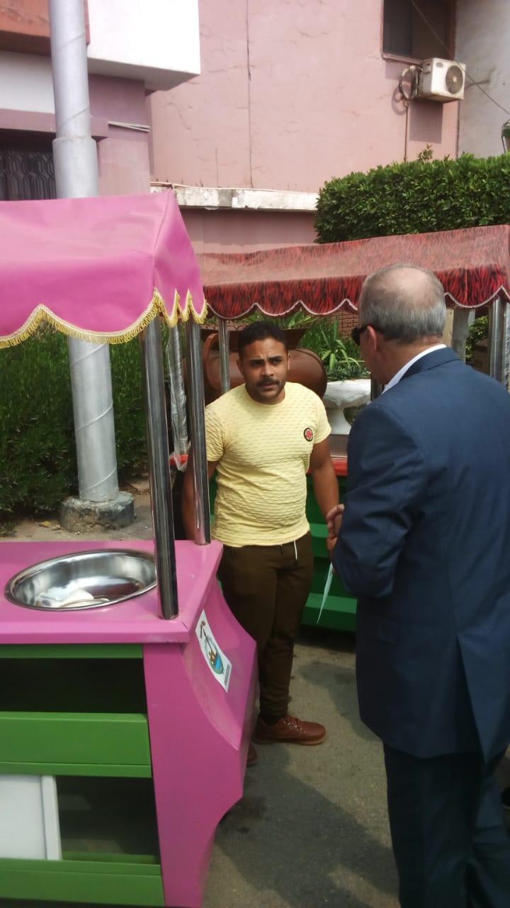 محافظ القليوبية يسلم سيارات الطعام المتنقلة (3)