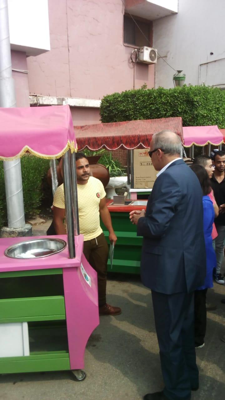 محافظ القليوبية يسلم سيارات الطعام المتنقلة (4)