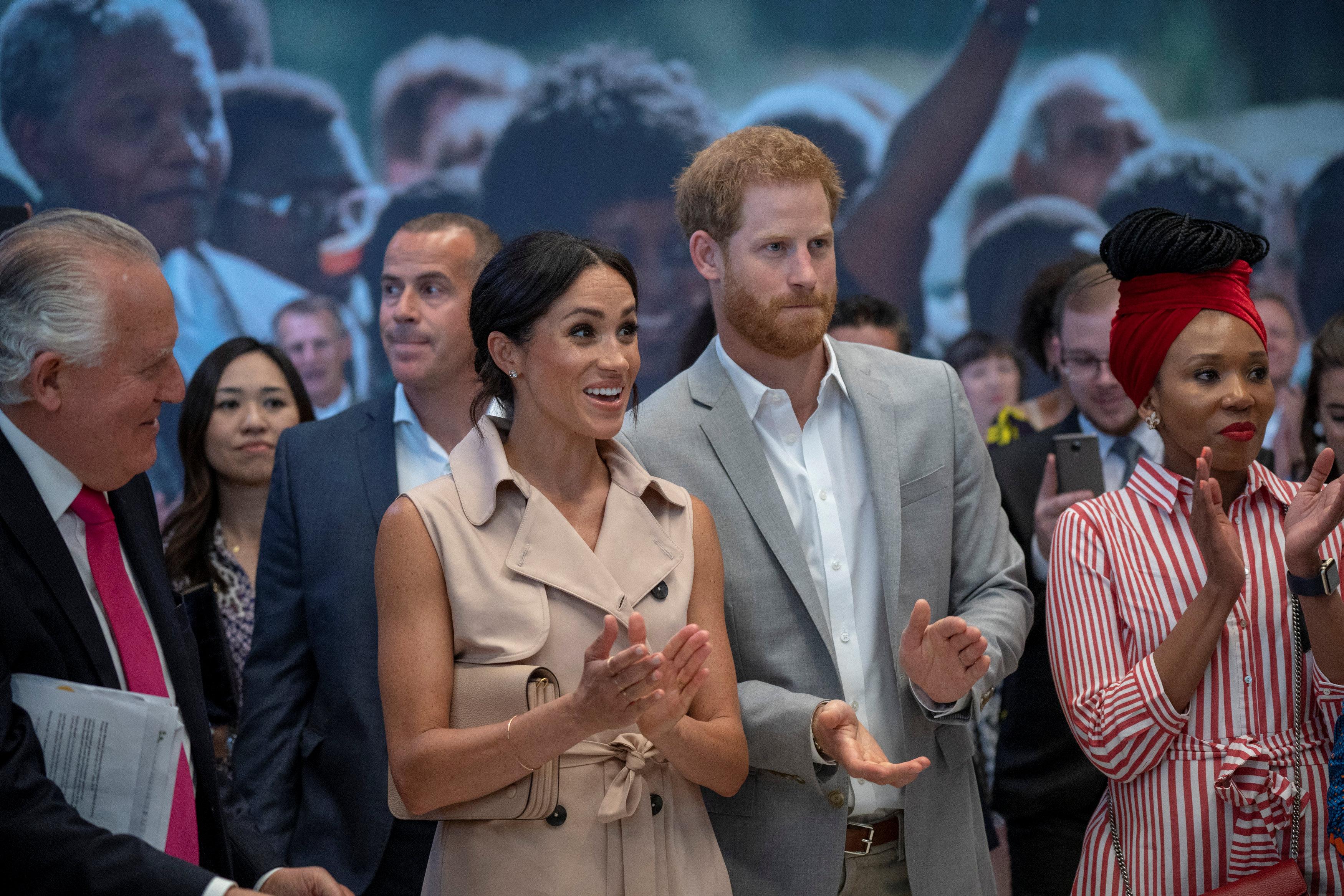 الأمير هارى وزوجته ميجان يزوران معرضا لنيلسون مانديلا فى لندن
