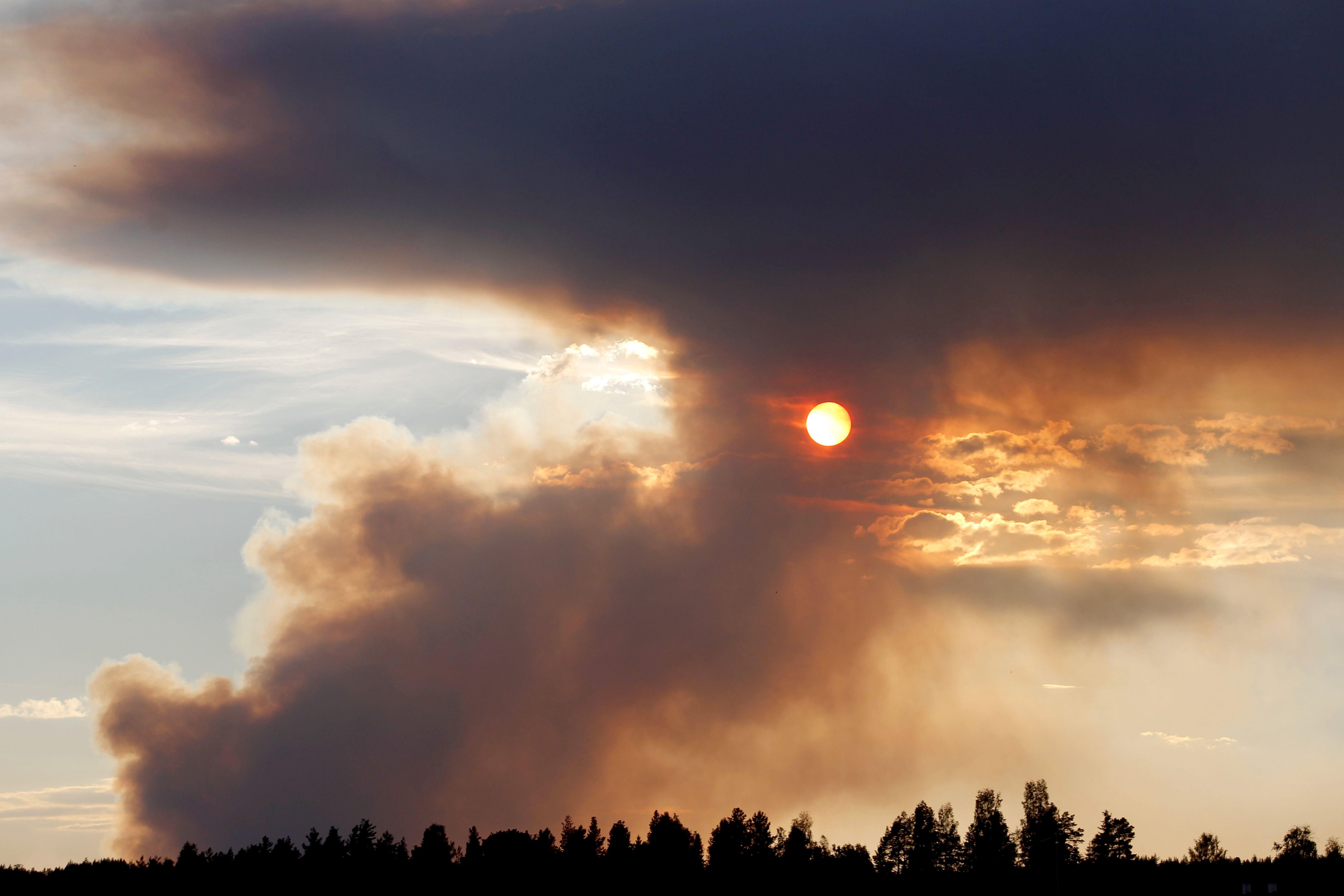 الدخان الأسود يحجب اشاعة الشمس