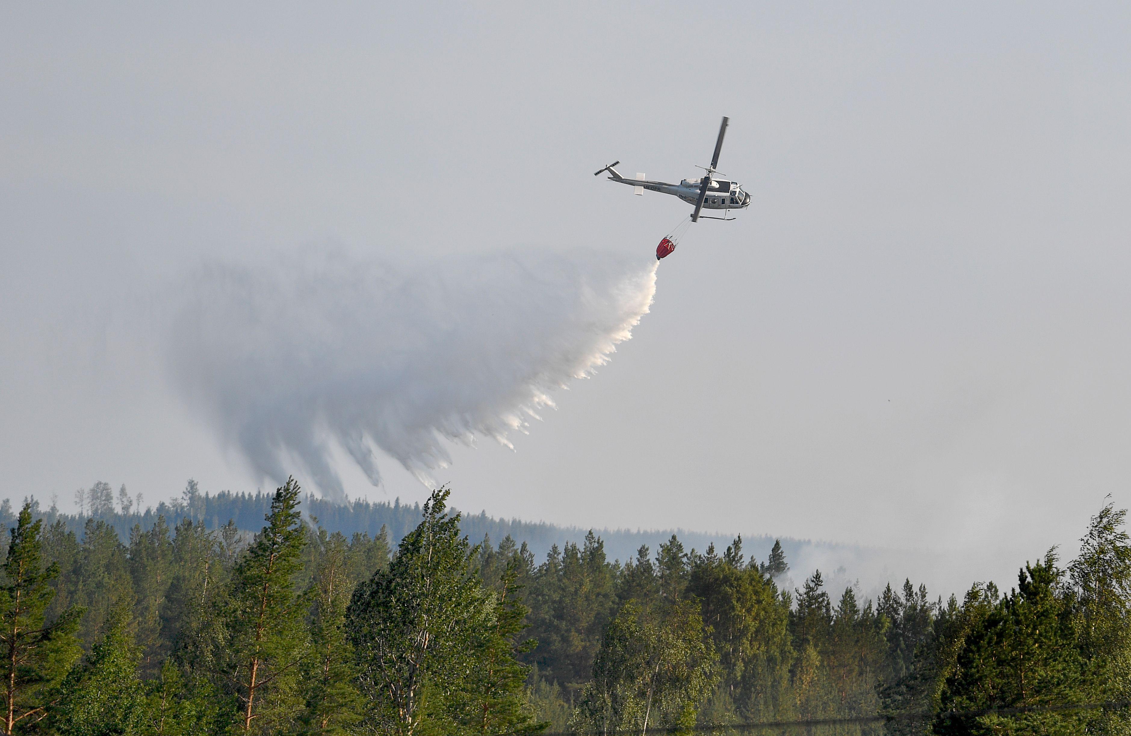 طائرات الاطفاء تشارك فى إخماد الحرائق