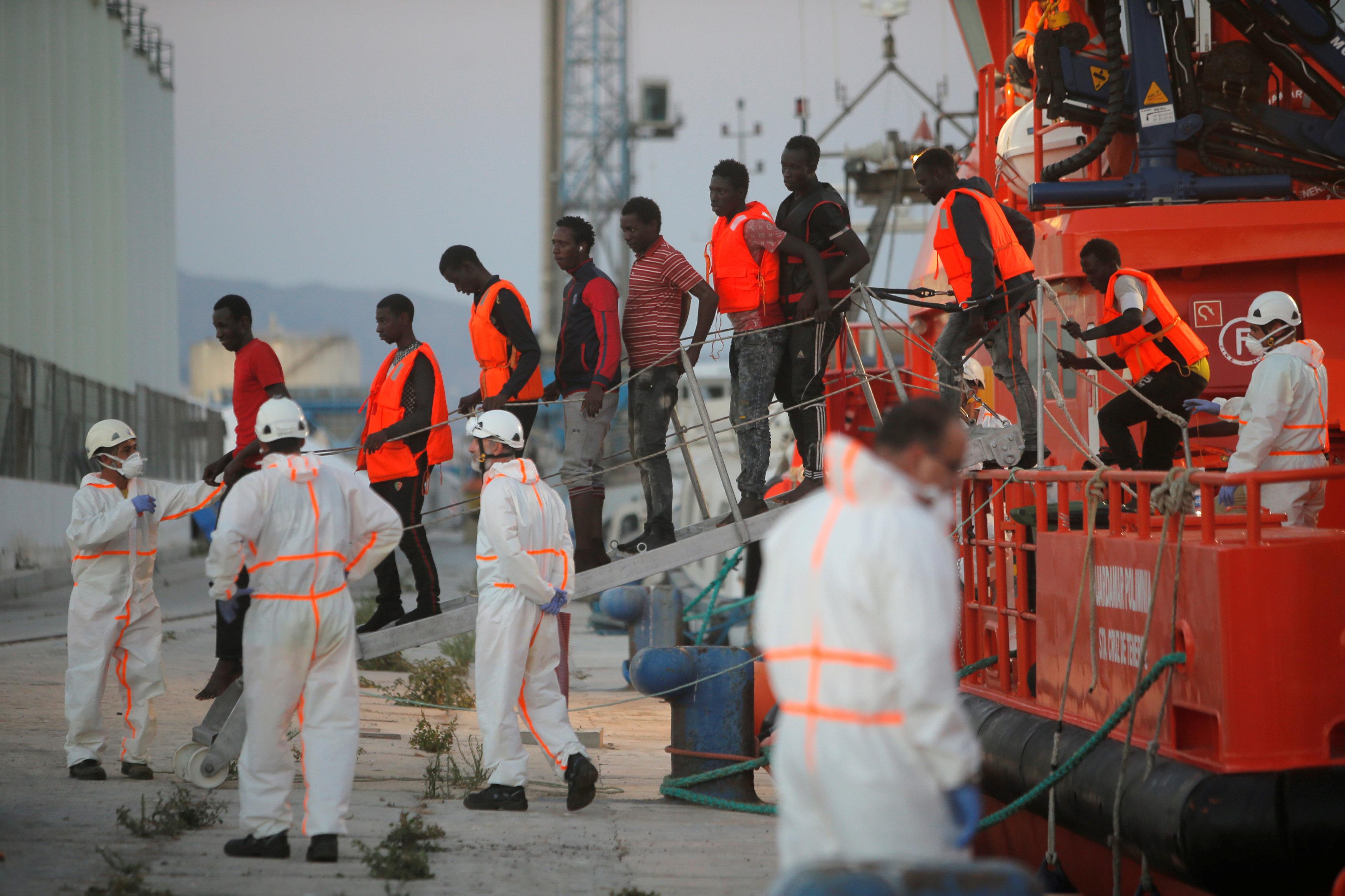 نزول المهاجرين من المركب