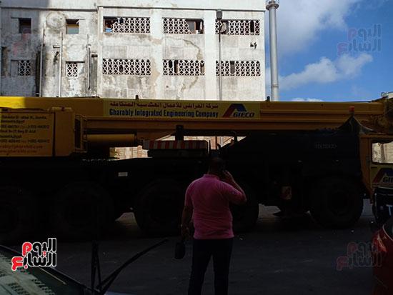 الاستعانة-بلودر-لرفع-تابوت-الإسكندرية-والقوات-المسلحة-تزيل-السيارات-لتمهيد-الطريق-(3)