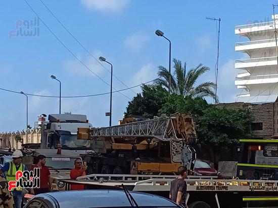 الاستعانة-بلودر-لرفع-تابوت-الإسكندرية-والقوات-المسلحة-تزيل-السيارات-لتمهيد-الطريق-(2)