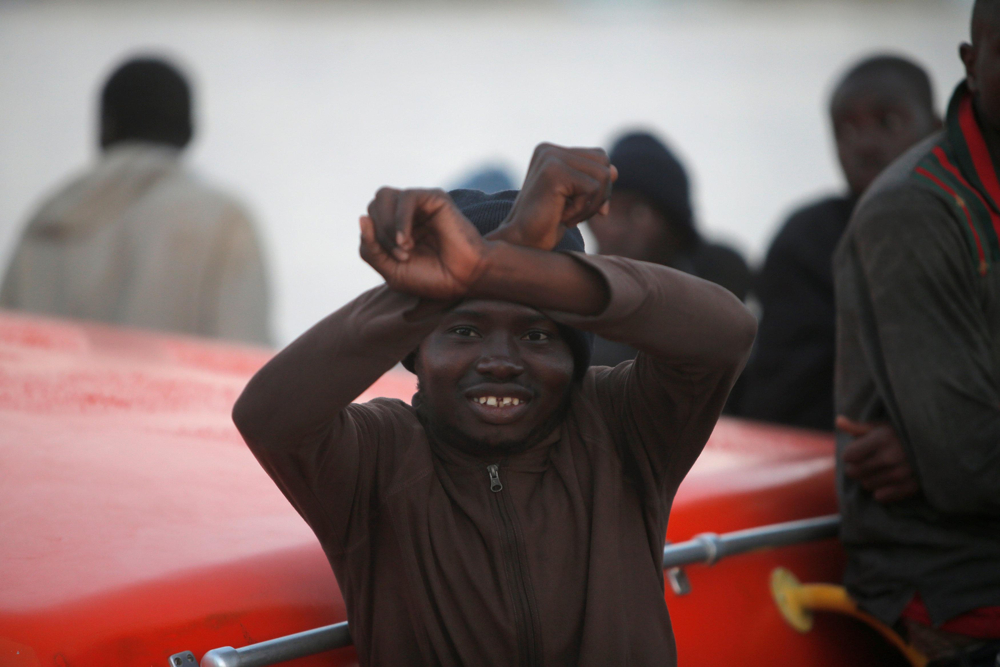 طفل مهاجر يشير بيده
