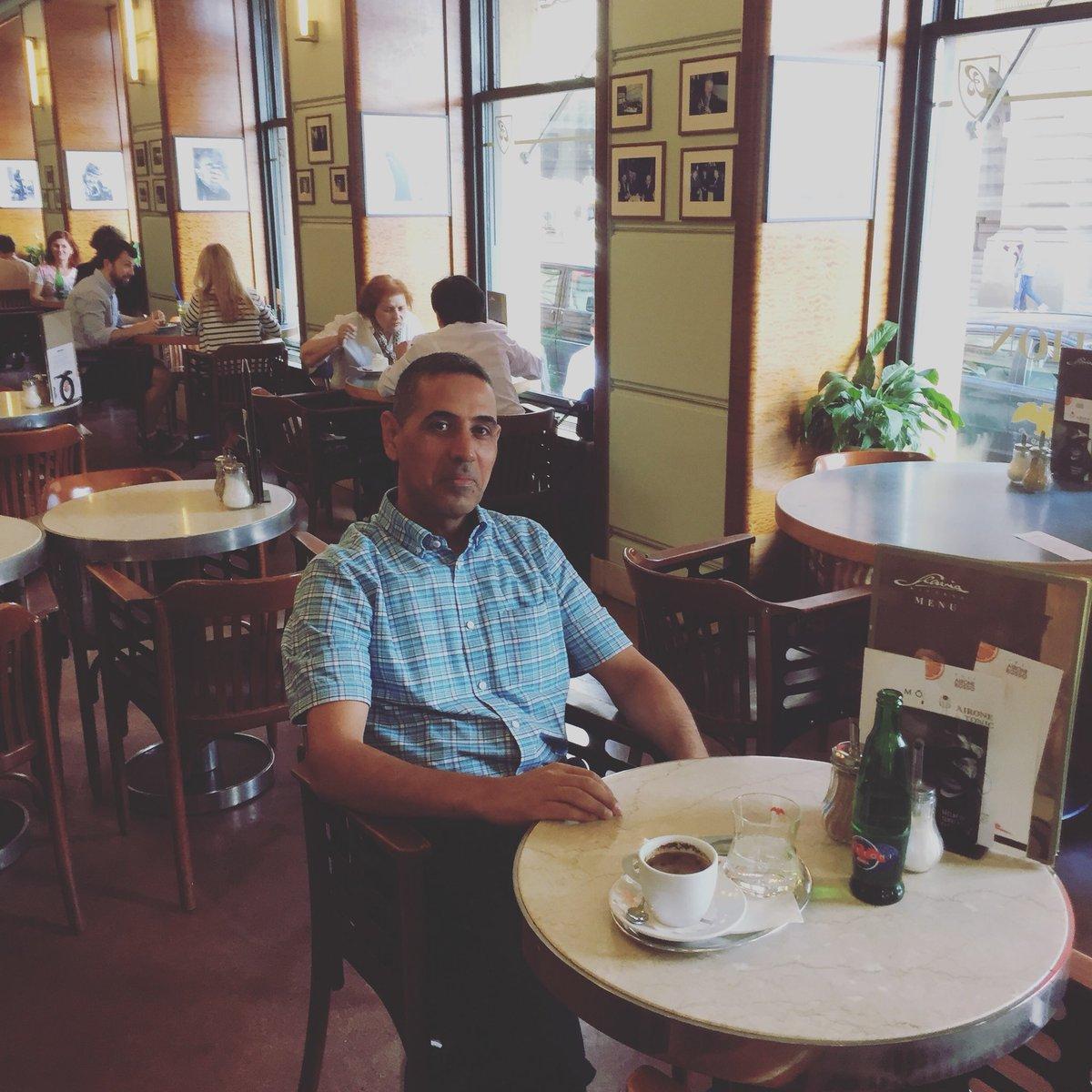 هزبر محمود فى مقهى سلافيا فى براغ حيث كان الجواهري يقضي معظم أوقاته