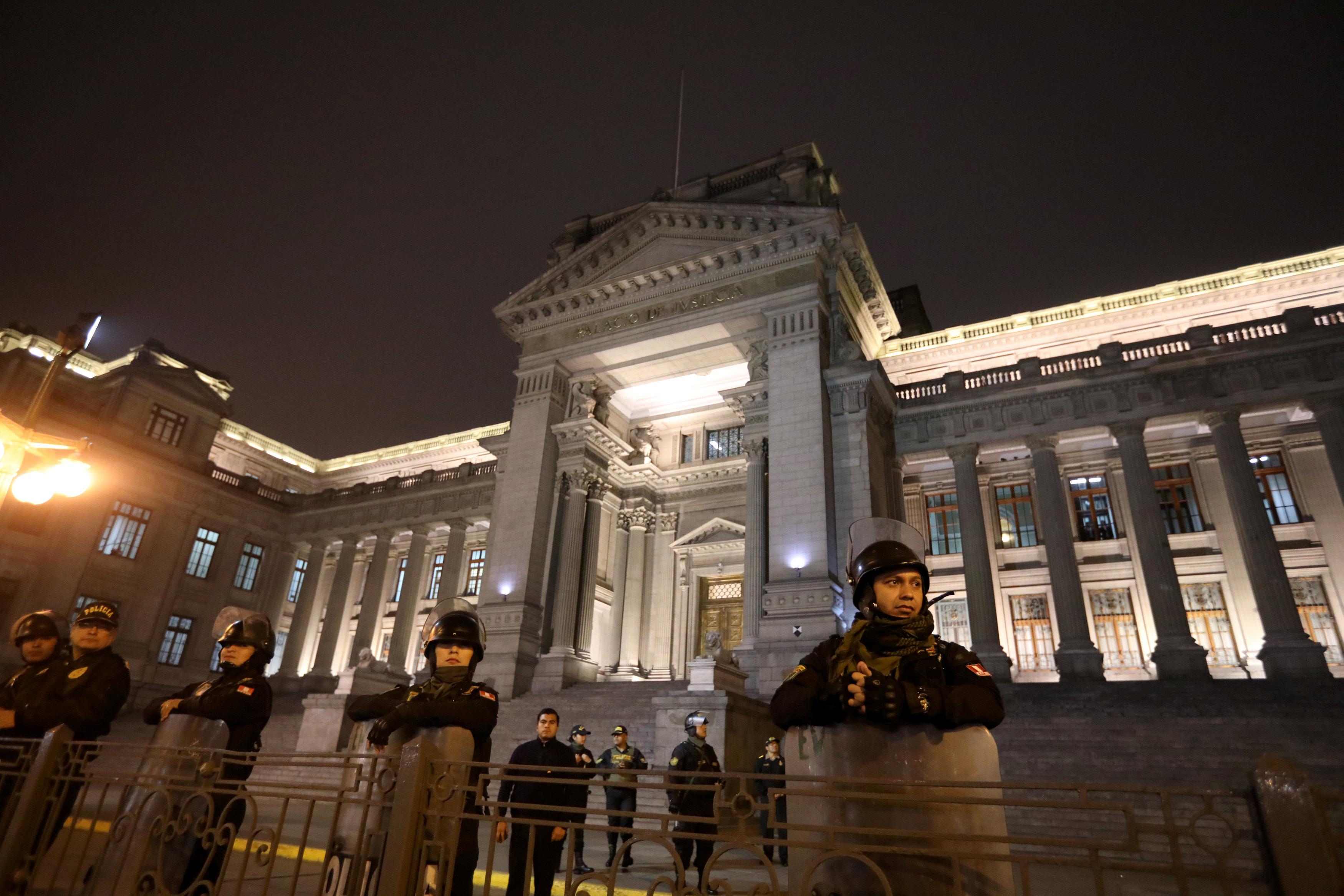 الشرطة بمحيط المحكمة العليا