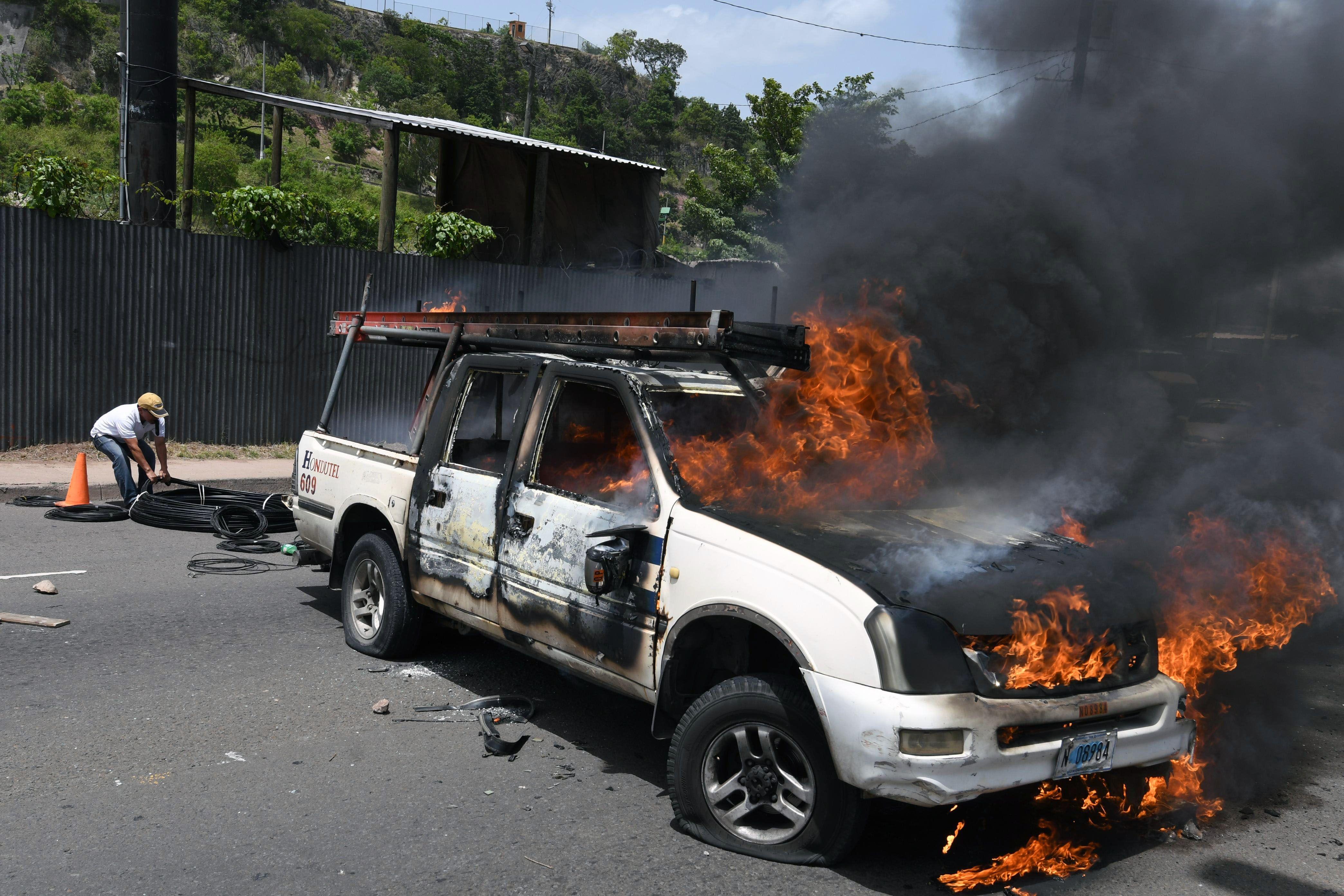 اشعال النيران فى سيارة