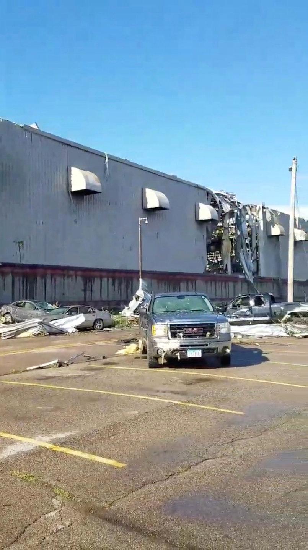 تضرر سيارات جراء الاعصار