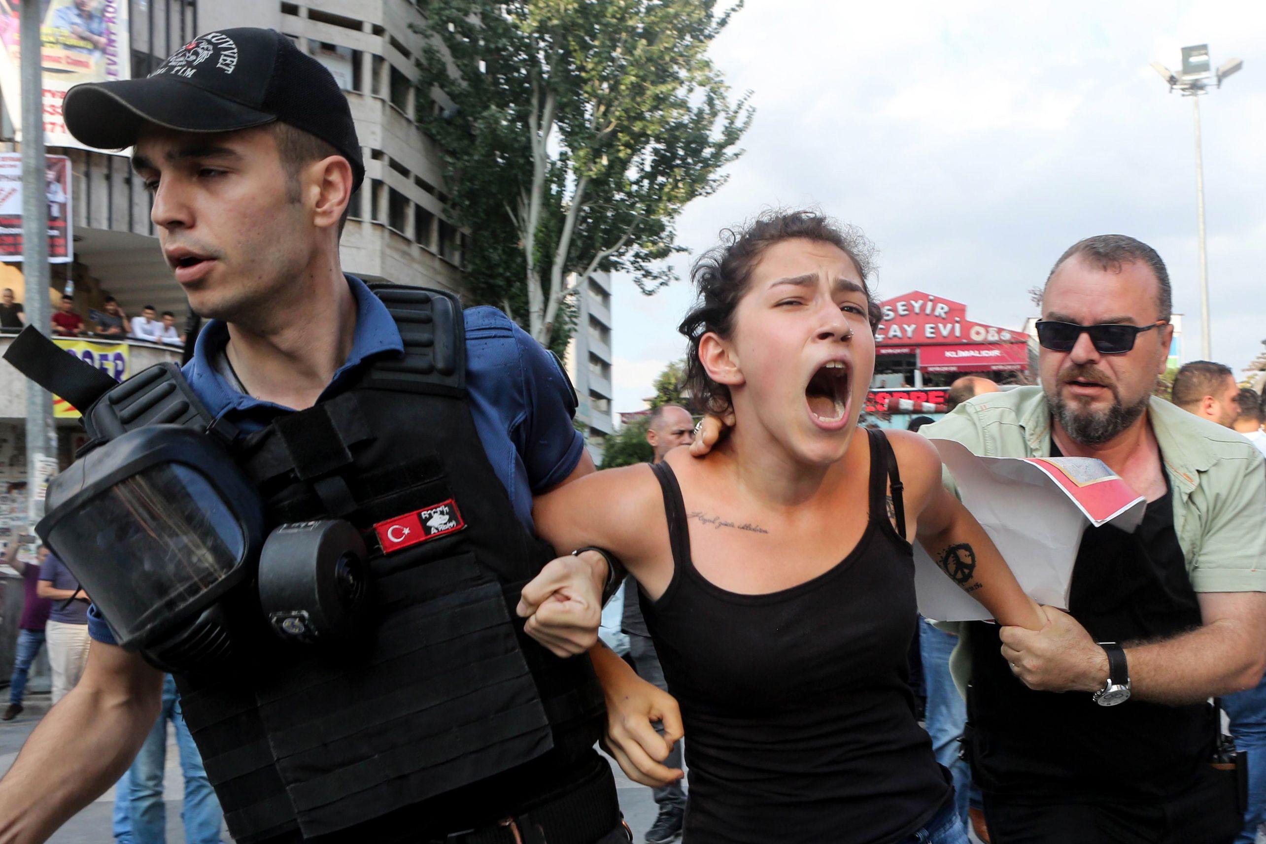 اعتقال شابة مشاركة في المظاهرات