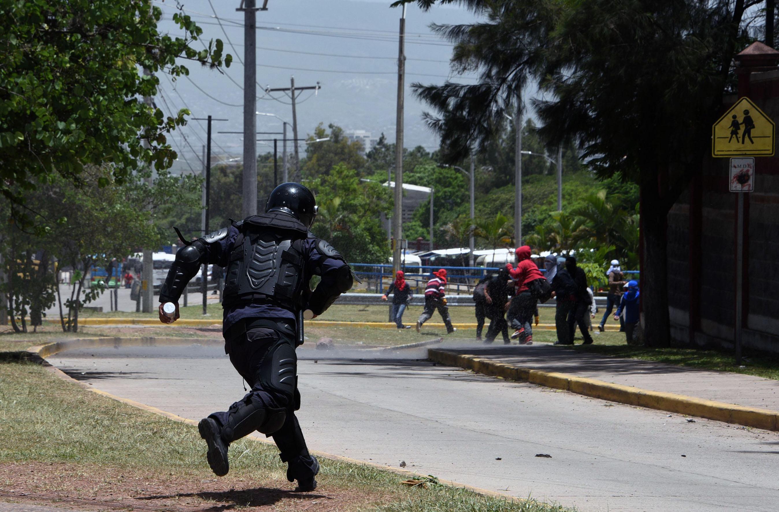 أحد المتظاهرين يطارد المحتجين