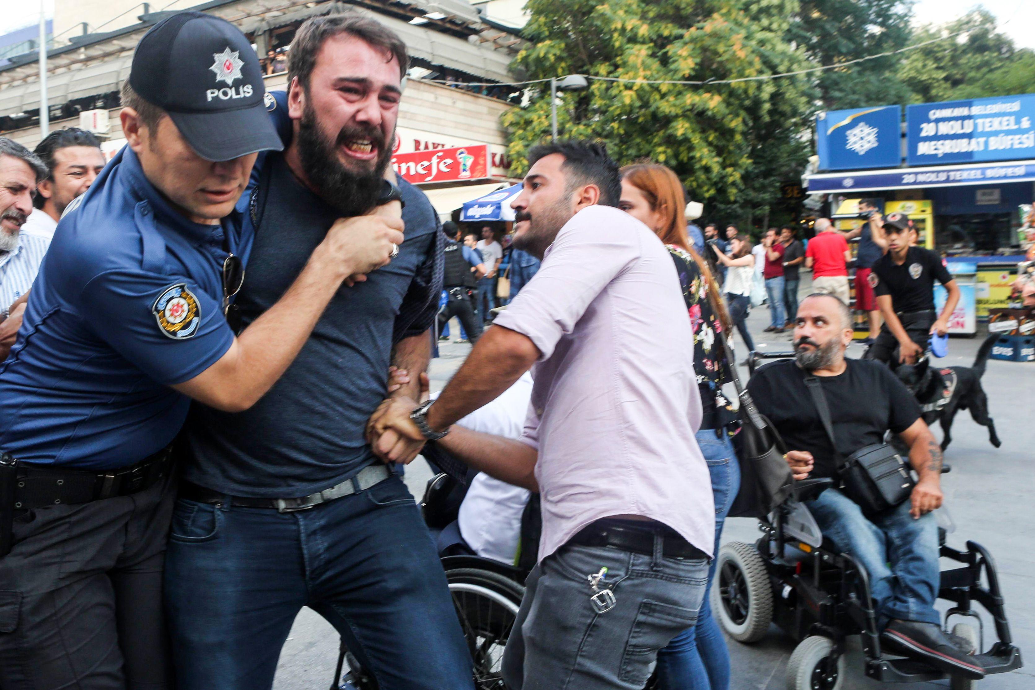الاعتداء على المتظاهرين
