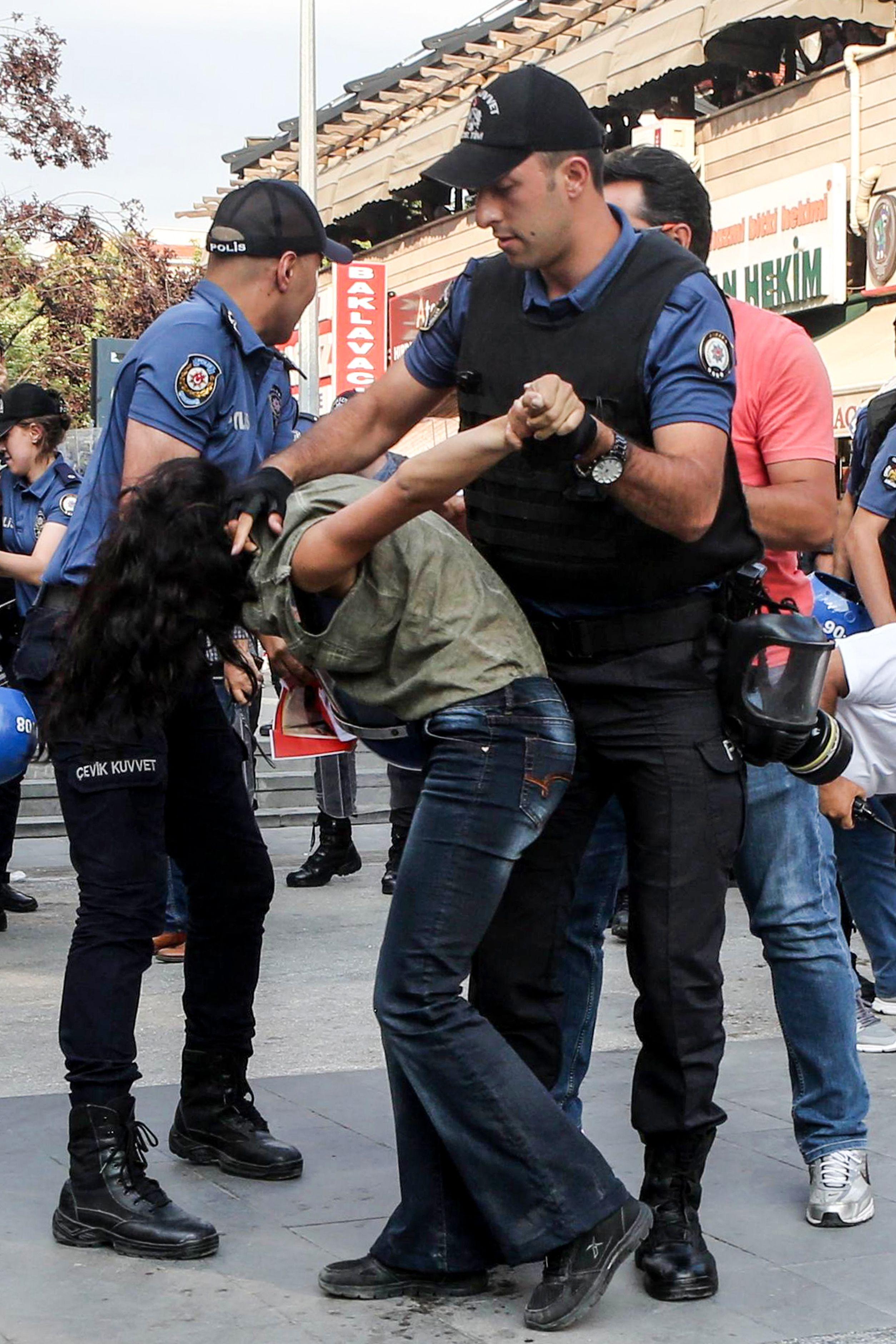 الشرطة التركية تضرب فتاة