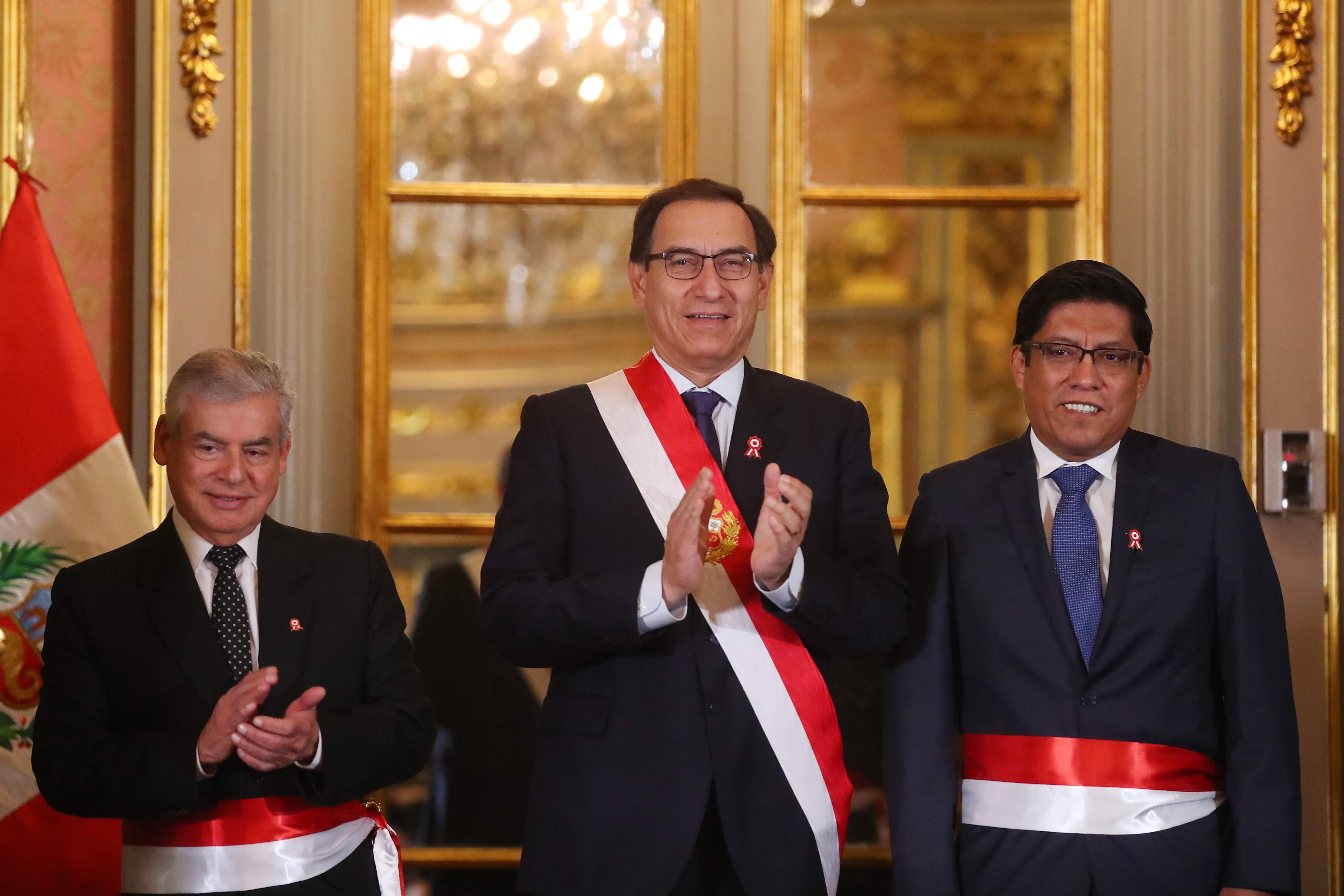رئيس بيرو مارتن فيزكارّا  مع وزير العدل الجديد