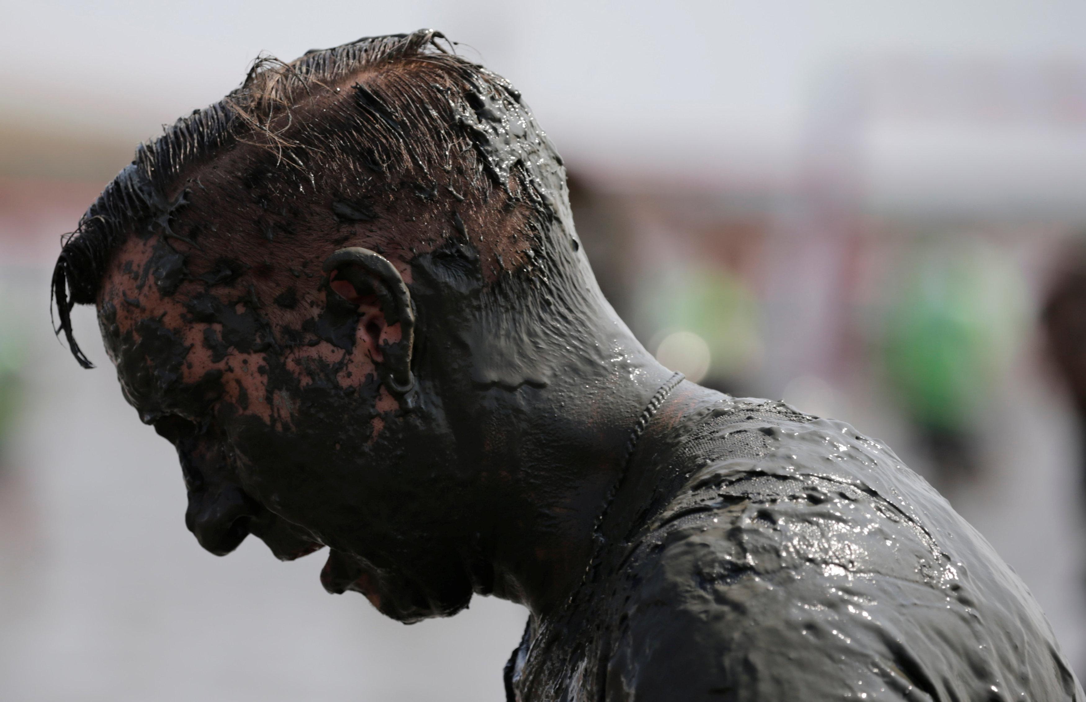 مشارك في أولمبياد الطين