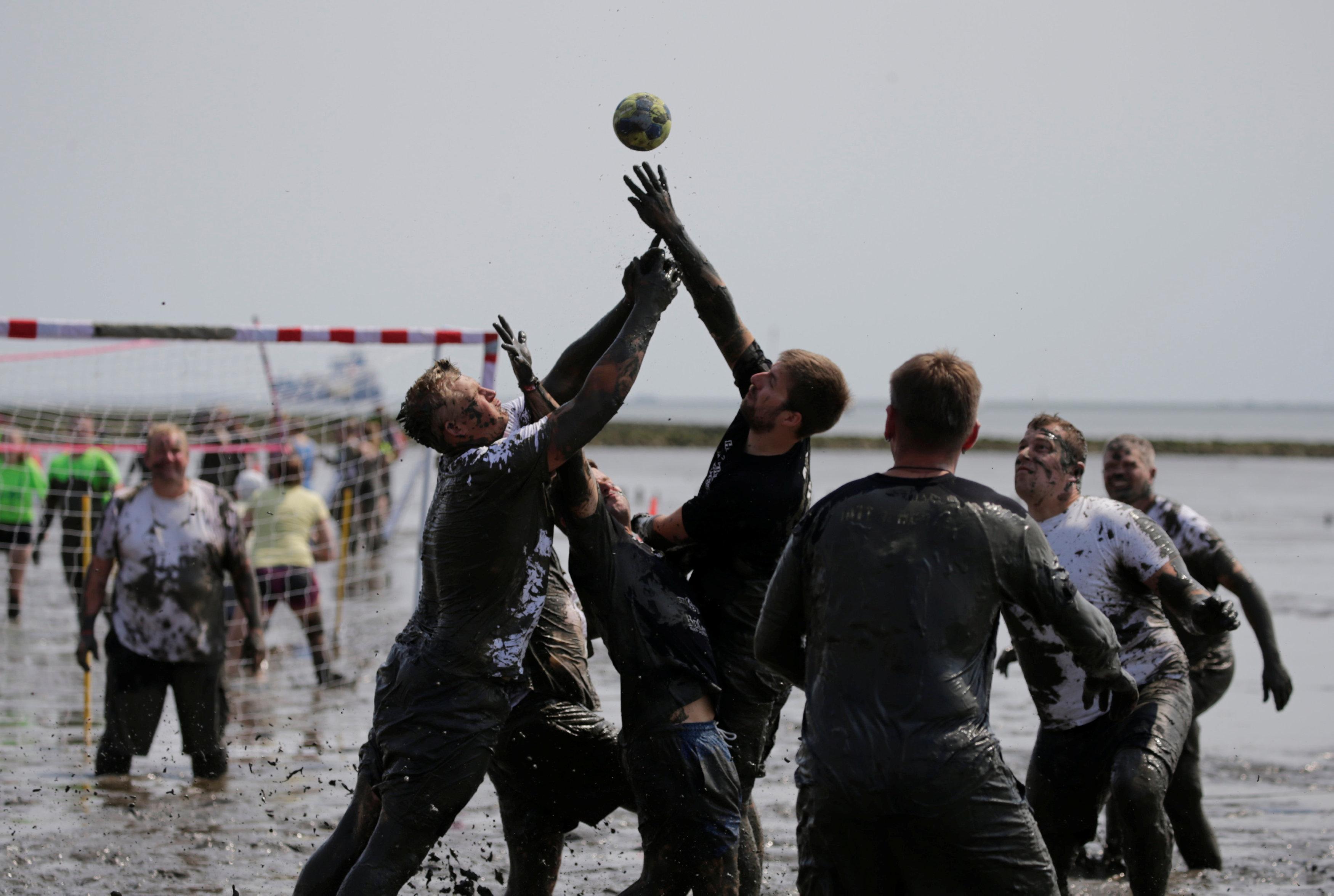 مباراة في أولمبياد الطين