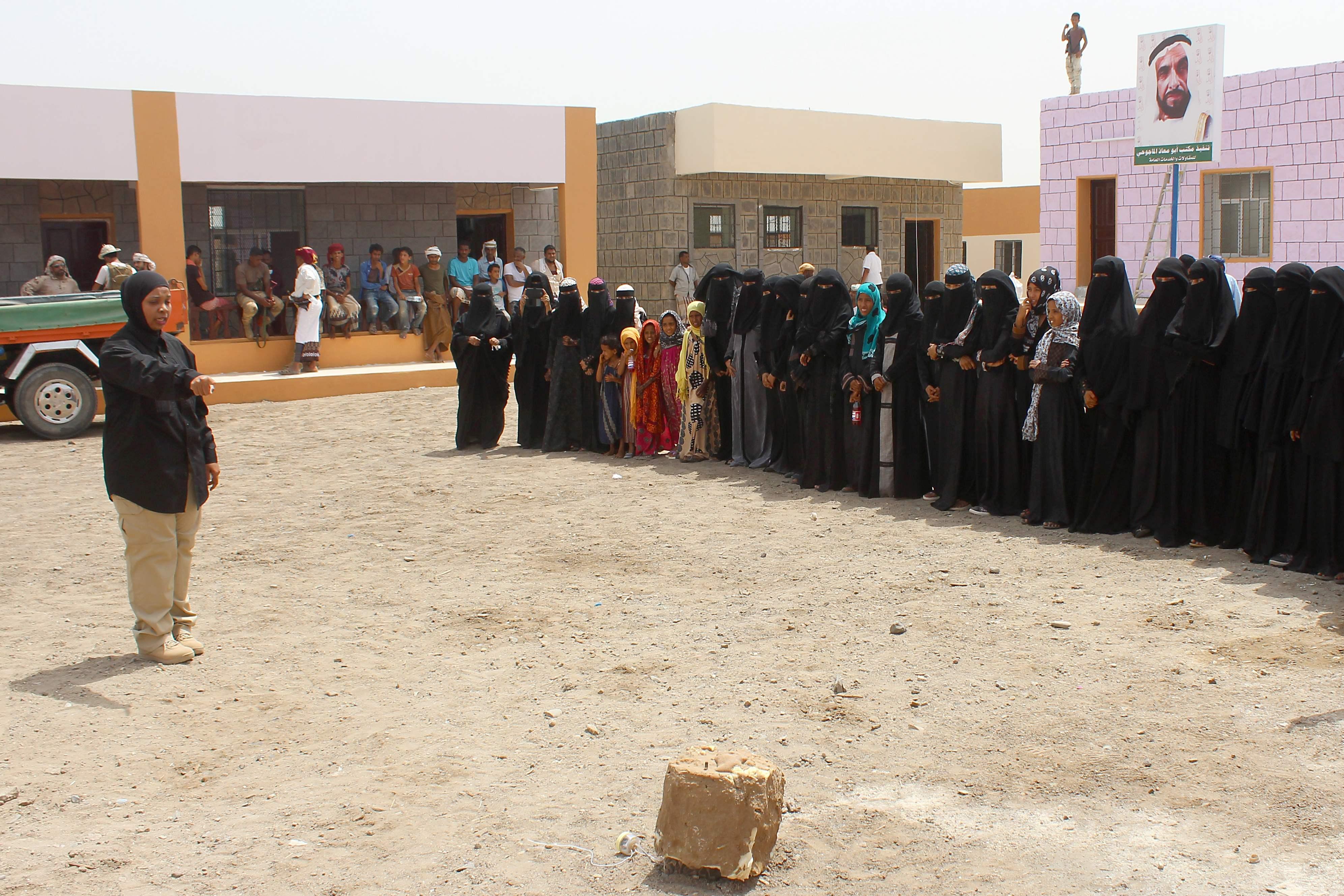 جانب من توعية سيدات اليمن بمخاطر الالغام