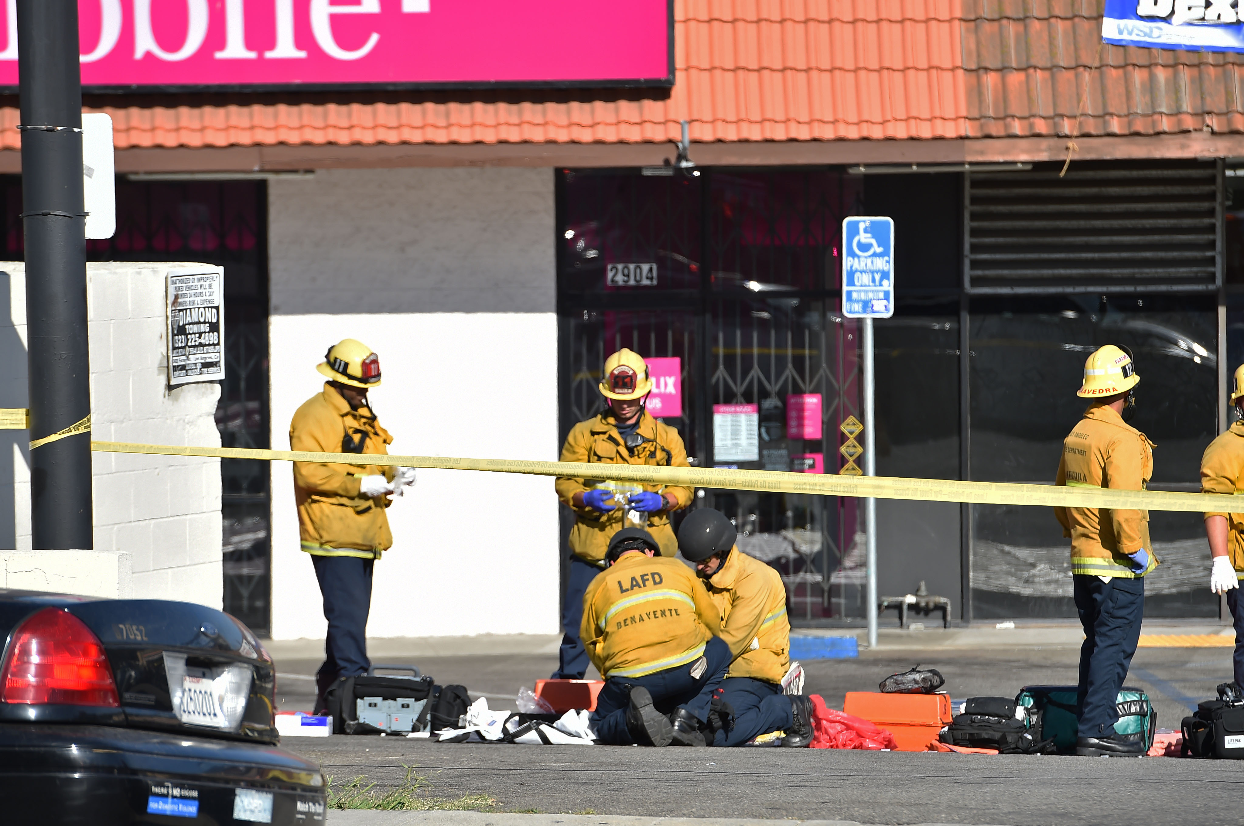 رجال الحماية المدنية بمحيط المتجر