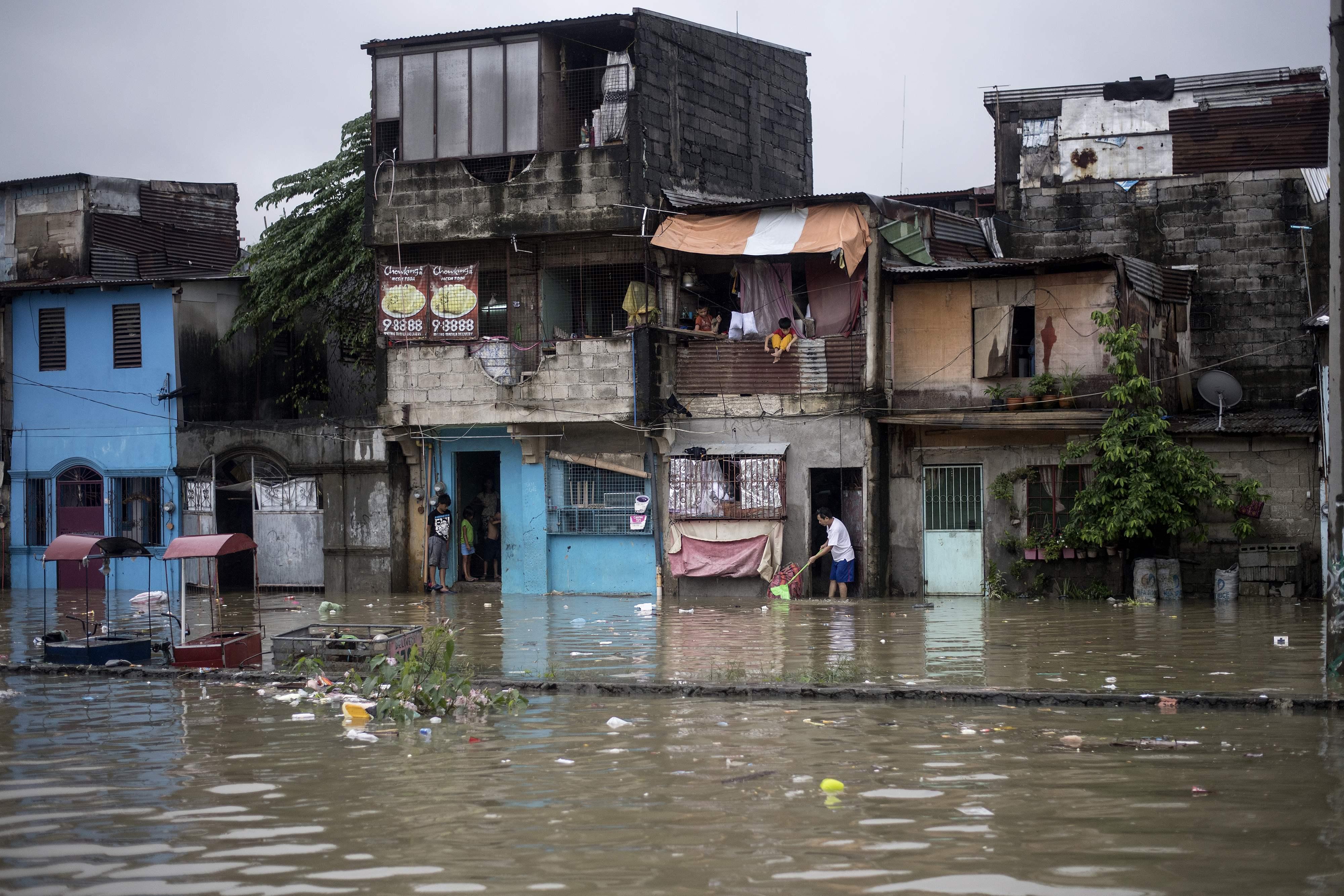 شوارع الفلبين تغرق فى مياه الفيضانات