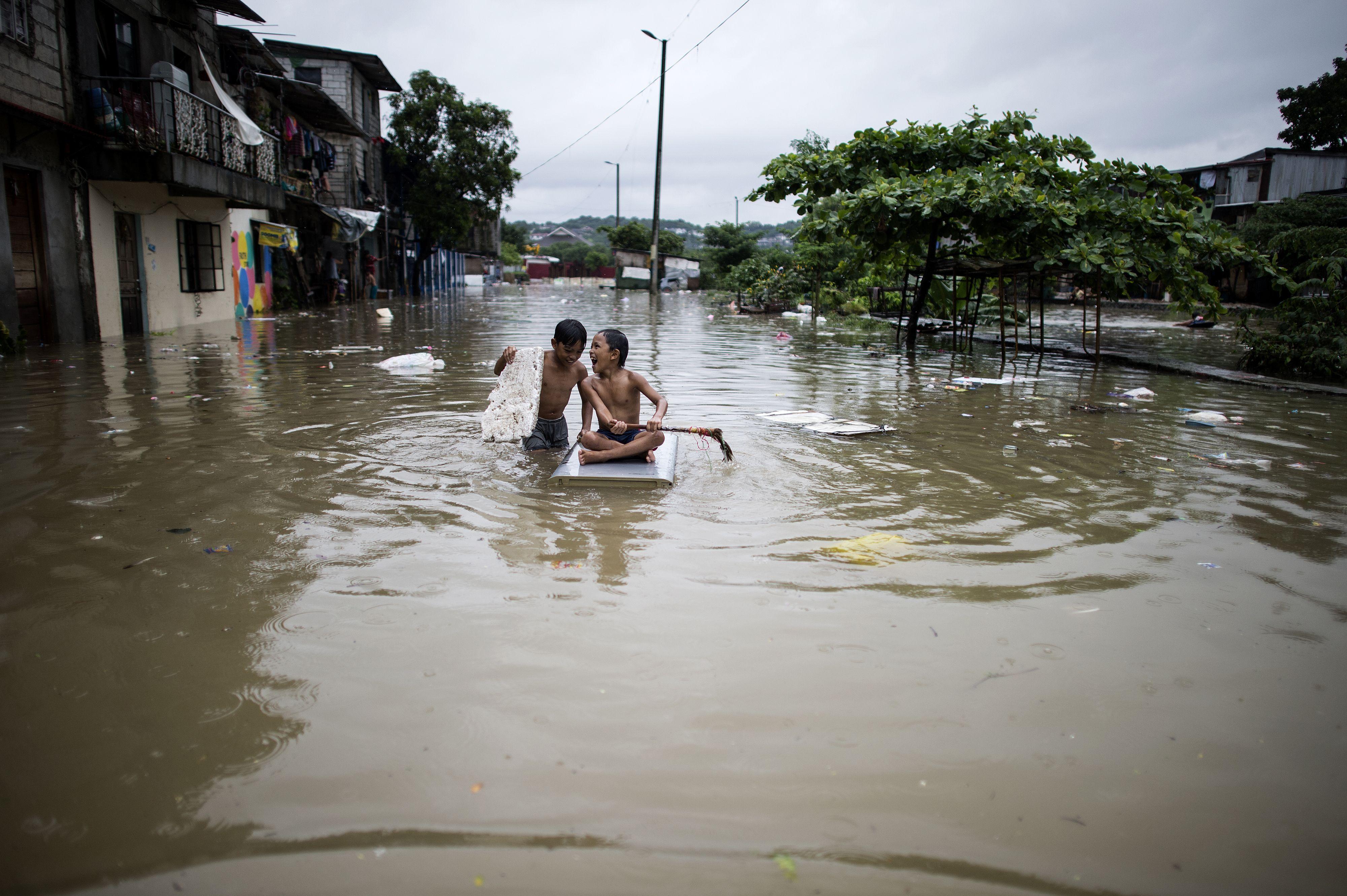 هروب السكان من الفيضانات