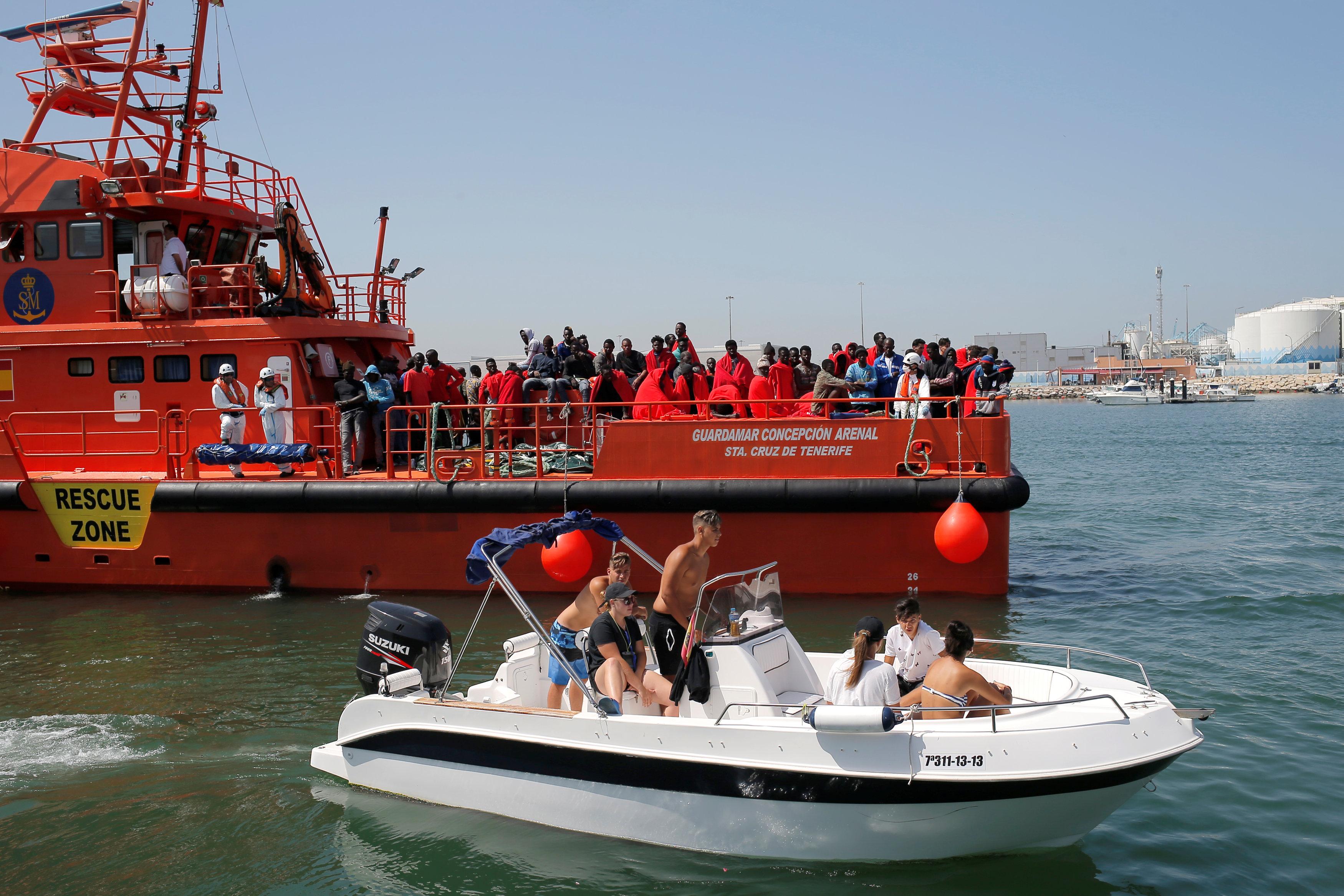 اسبانيا تنقذ عشرات المهاجرين