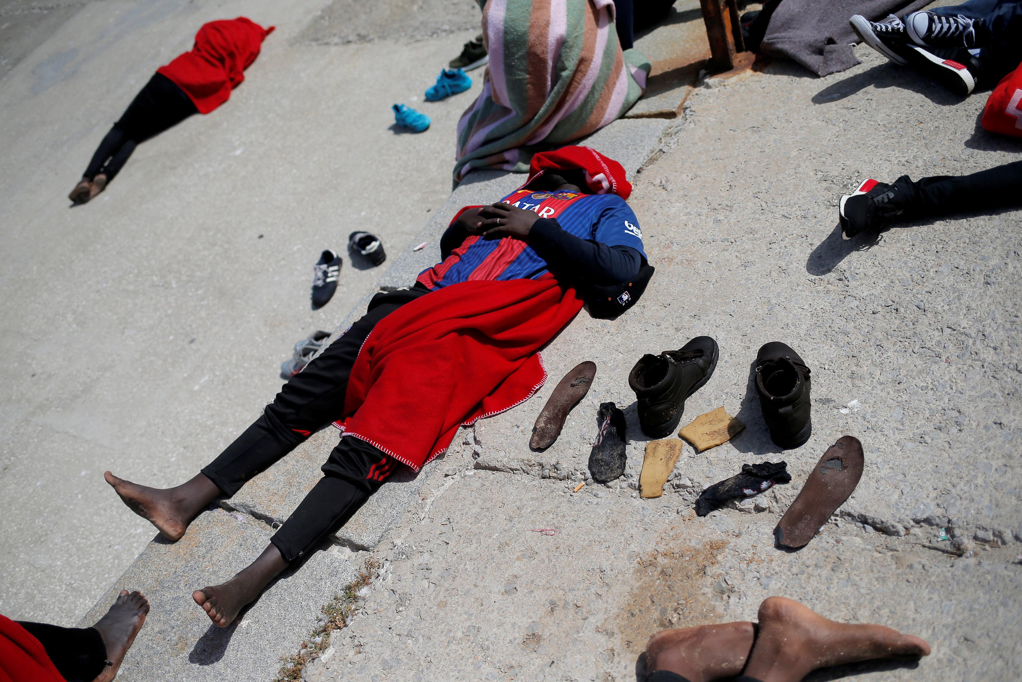 أحد المهاجرين ينام عقب وصوله اسبانيا
