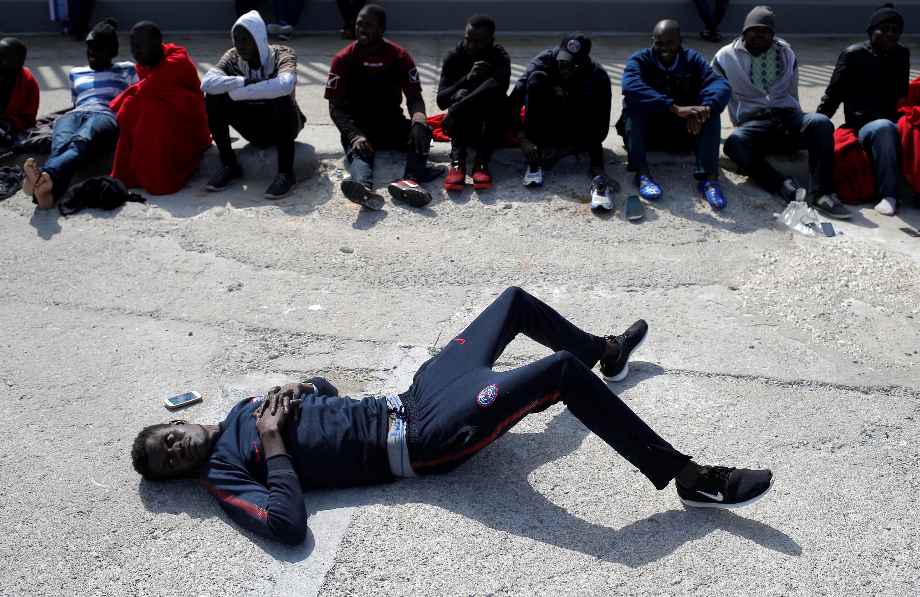 أحد المهاجرين ينام على الارض