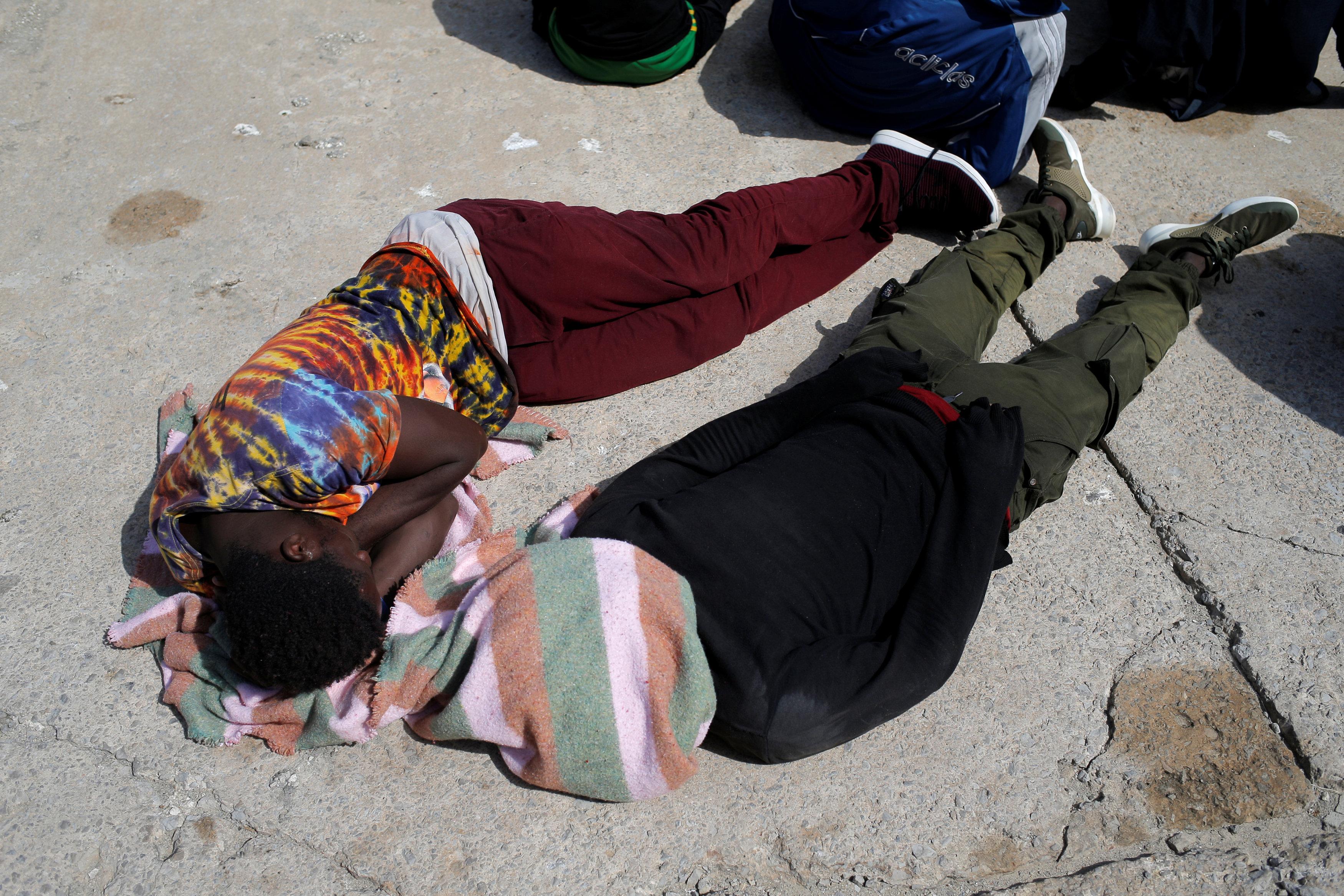 مهاجرين ينامون على الارض