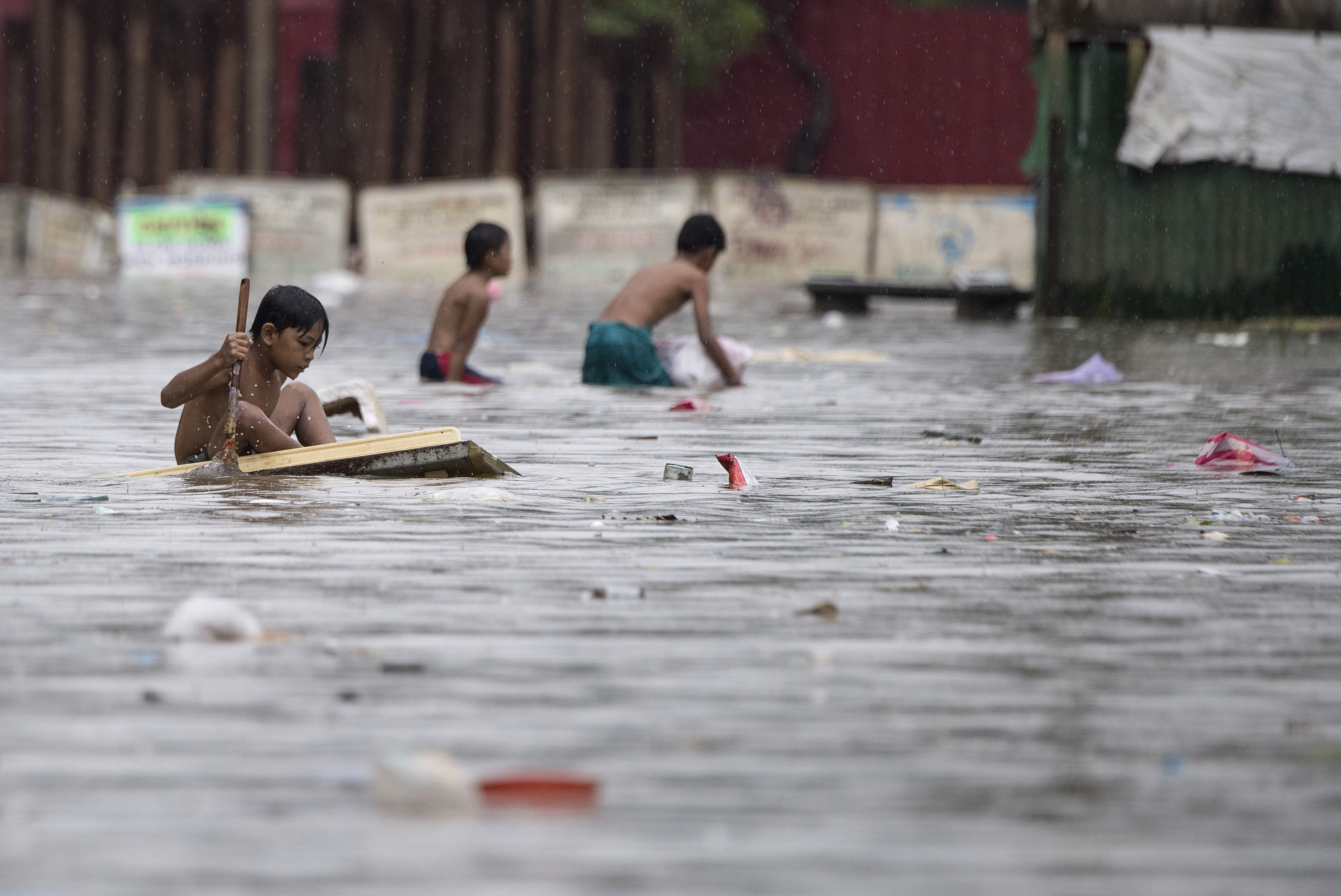 أطفال وسط الفيضانات
