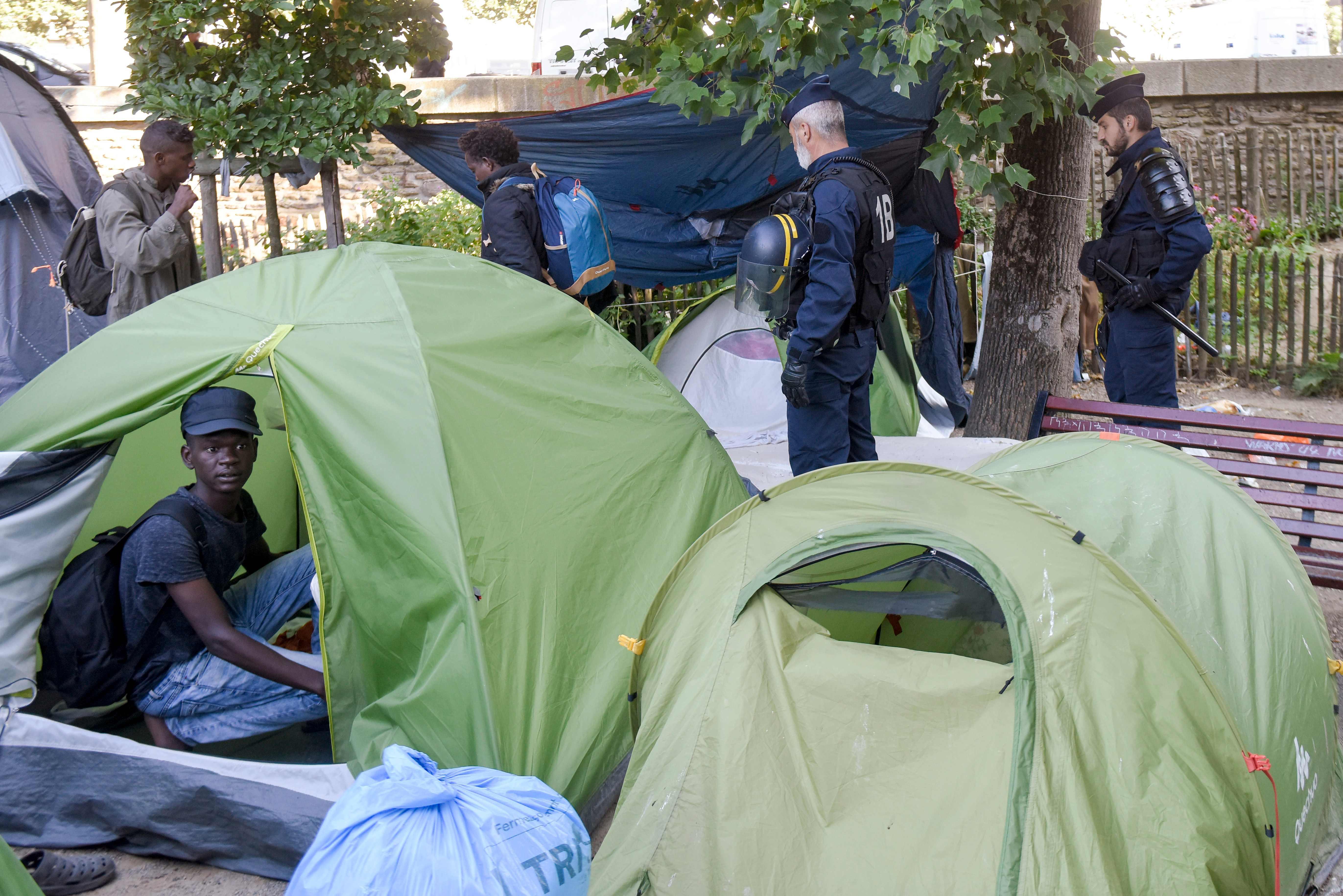 جانب من إخلاء مخيم للمهاجرين فى فرنسا يضم أكثر من 450 شخصا