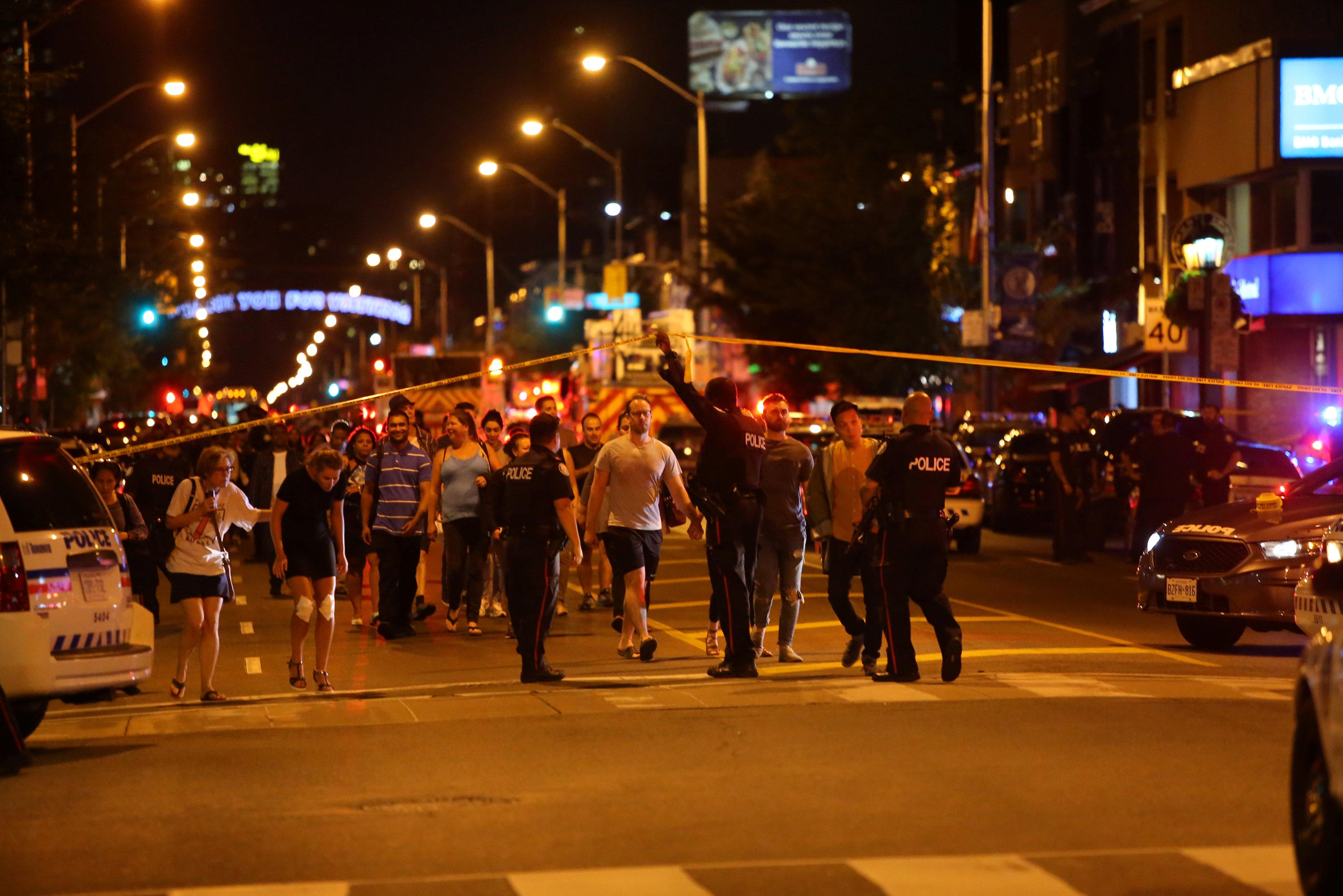 الشرطة تخلى المنطقة