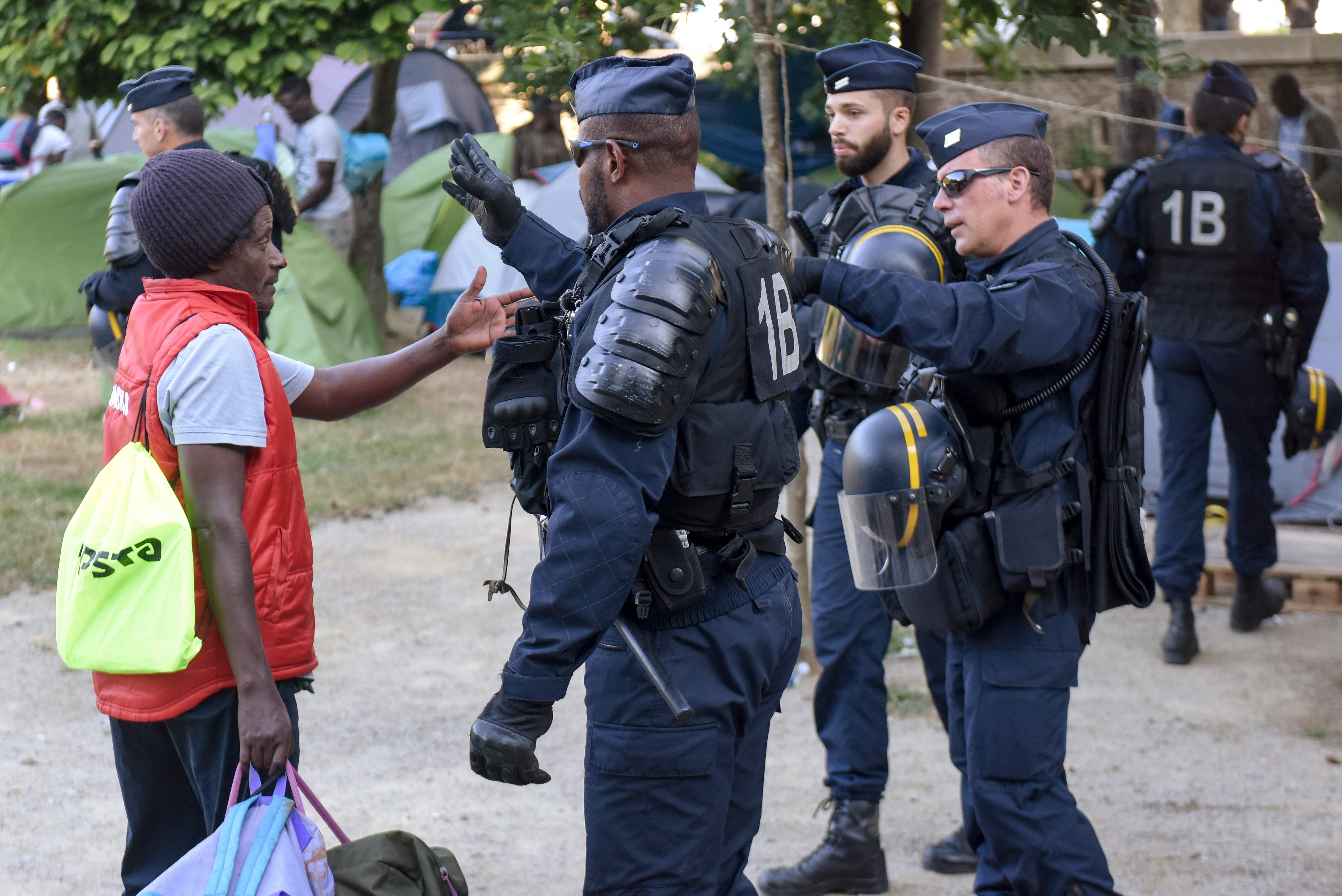 مهاجر يتحدث إلى رجال الشرطة