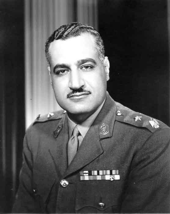 ننشر 15 صورة نادرة للزعيم الراحل جمال عبد الناصر بالزى العسكرى