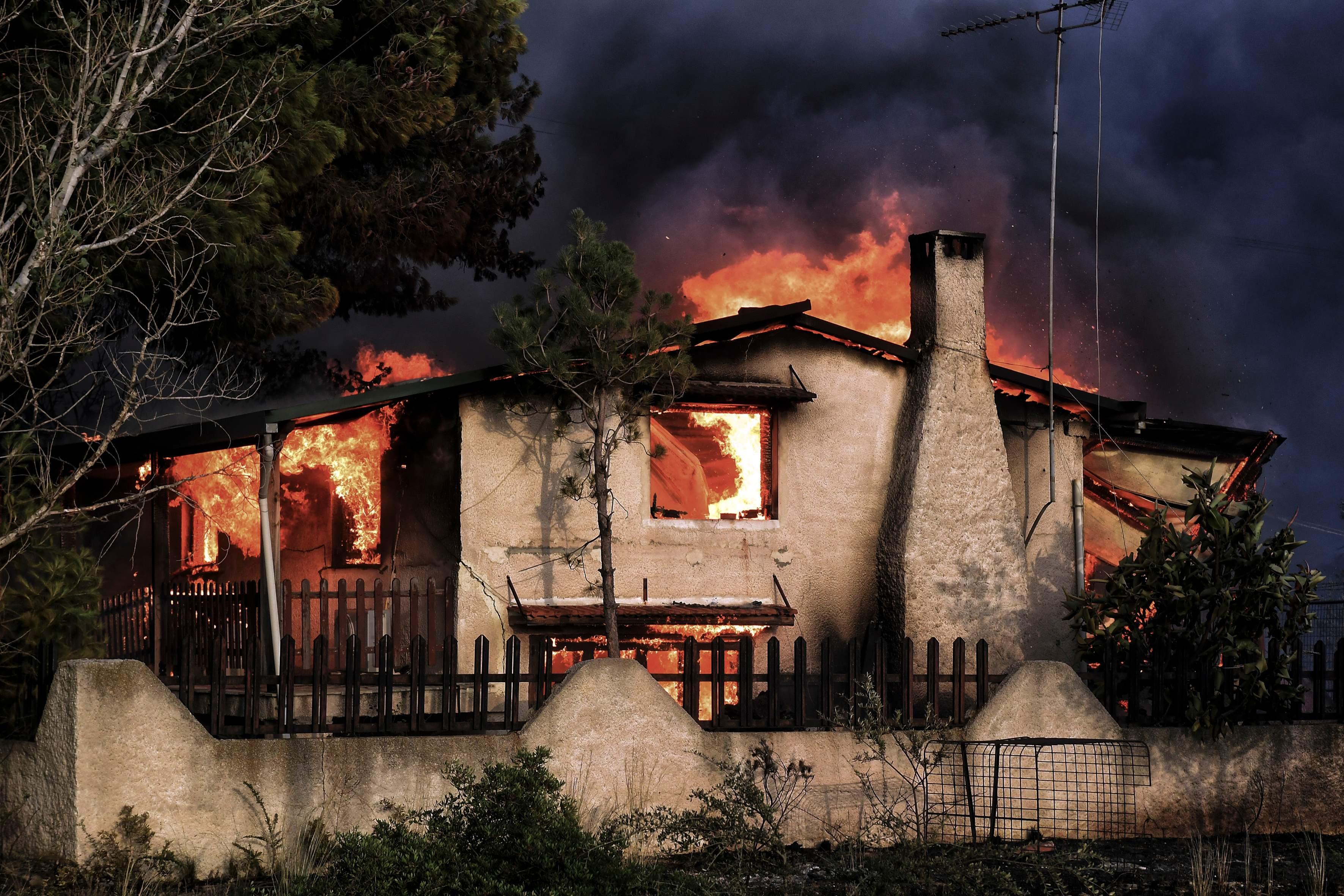 بيوت محترقة
