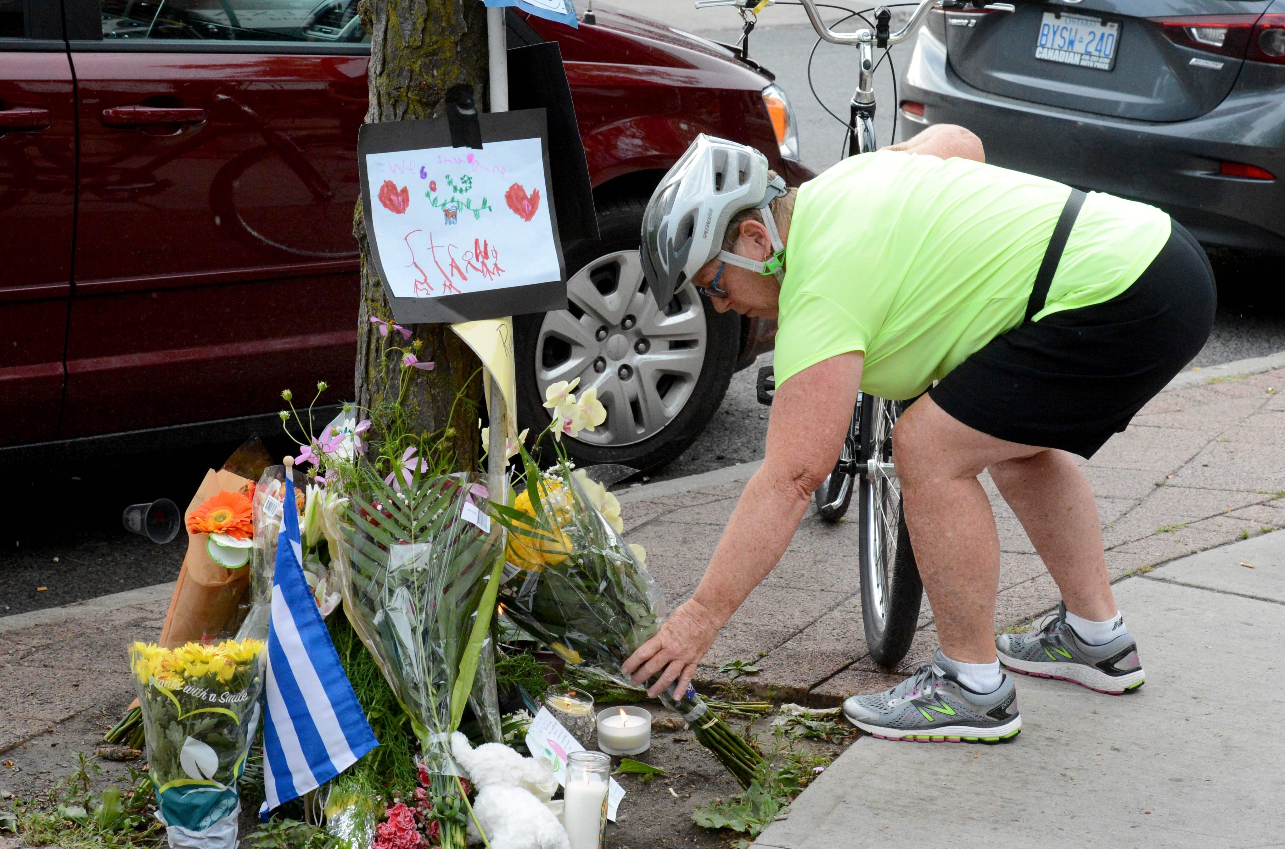 مواطنو كندا يضعون الورود