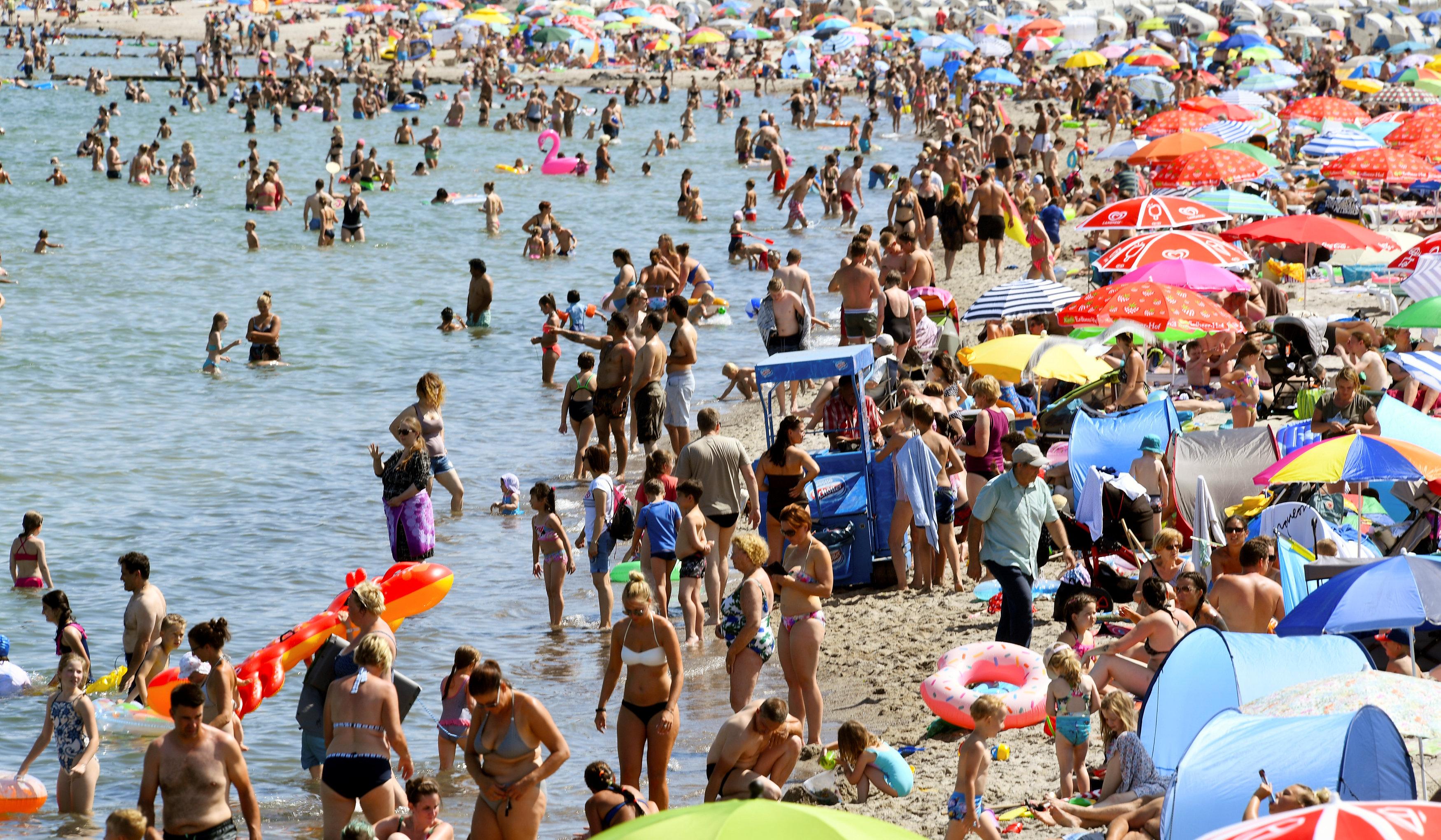 مواطنو ألمانيا يهربون من حرارة الجو إلى بحر البلطيق