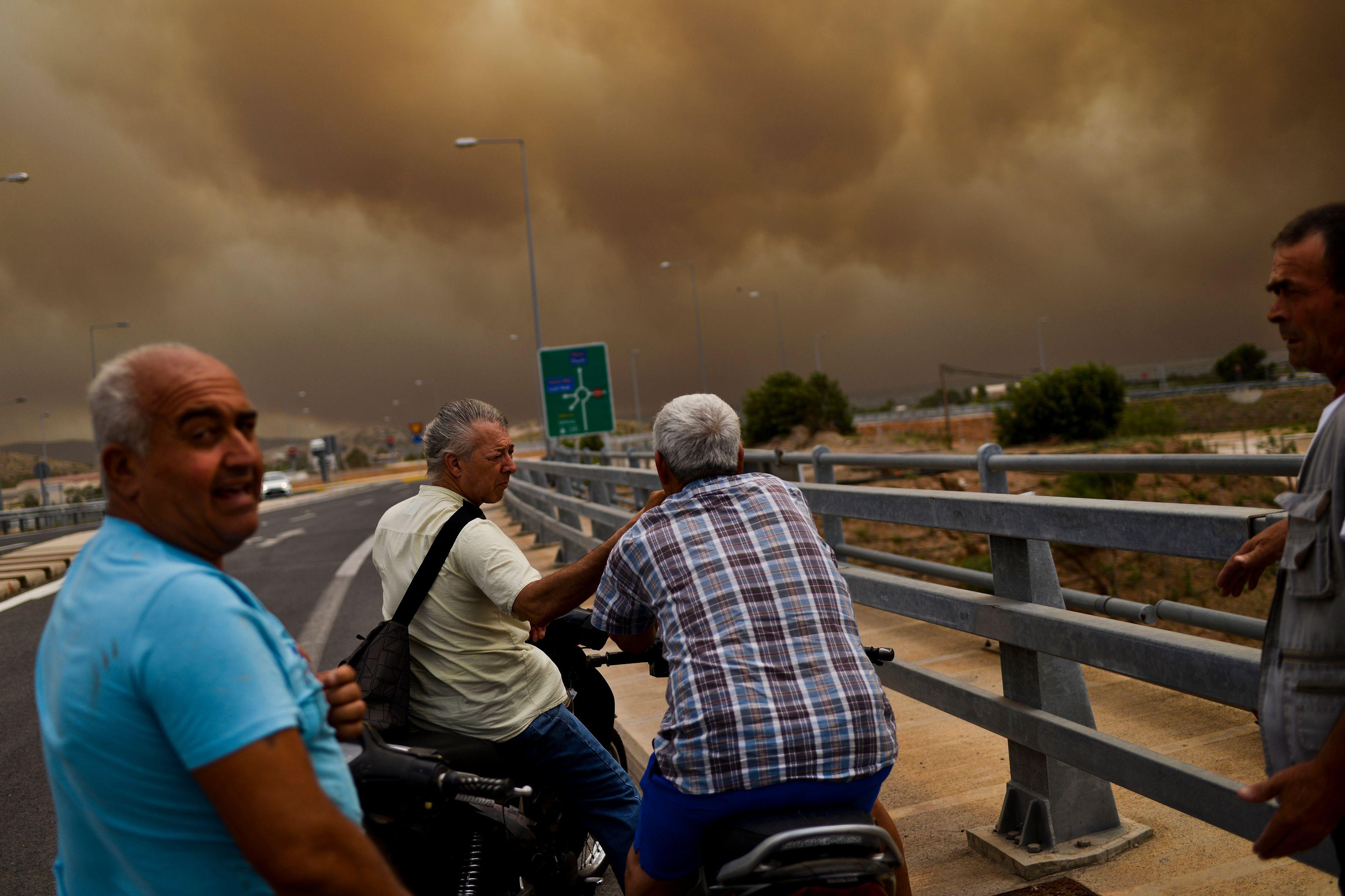 الأدخنة تغطى سماء أثينا